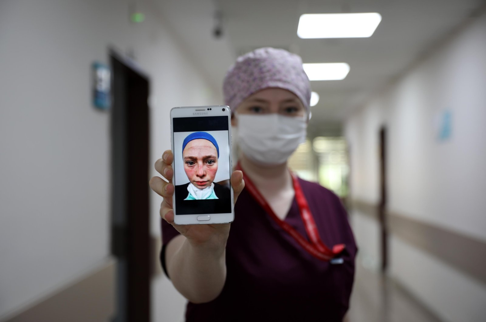 Seher Altuncu shows her viral photo on her cellphone in Trabzon, northern Turkey, Sept. 28, 2020. (DHA Photo)