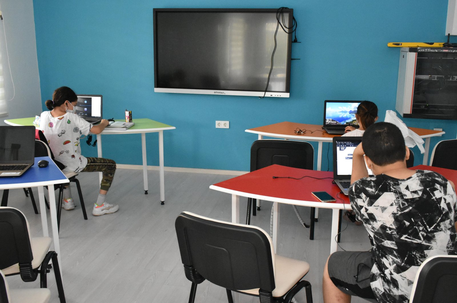 Students participate in online education at a municipality center in the Balçova district of western Izmir, Turkey, Sept. 28, 2020. (IHA Photo)