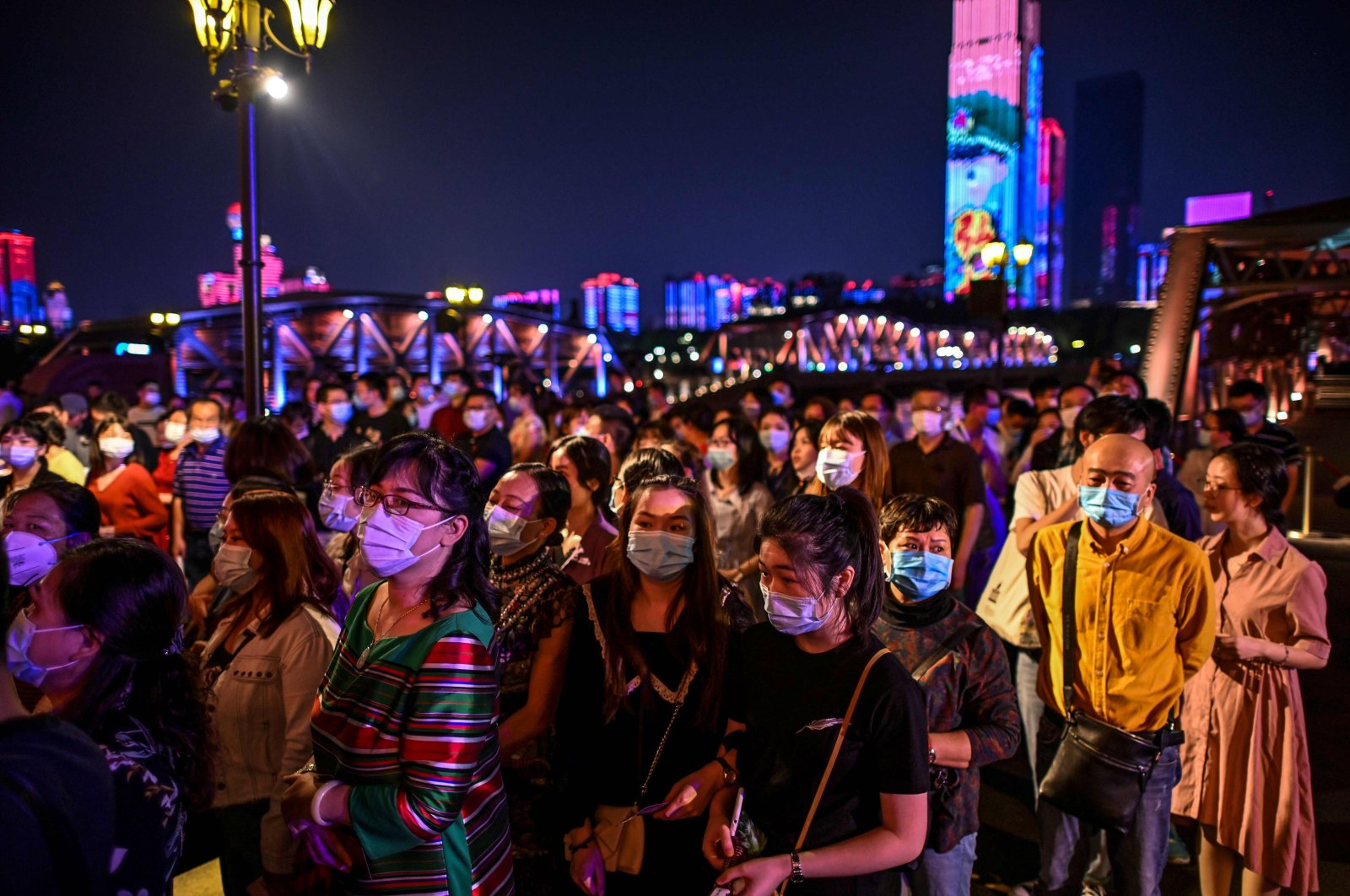 Passengers wearing facemasks wait to board a last century-style boat, featuring a theatrical drama set between the 1920s and 1930s in Wuhan, in China's central Hubei province on Sept. 27, 2020. (AFP Photo)