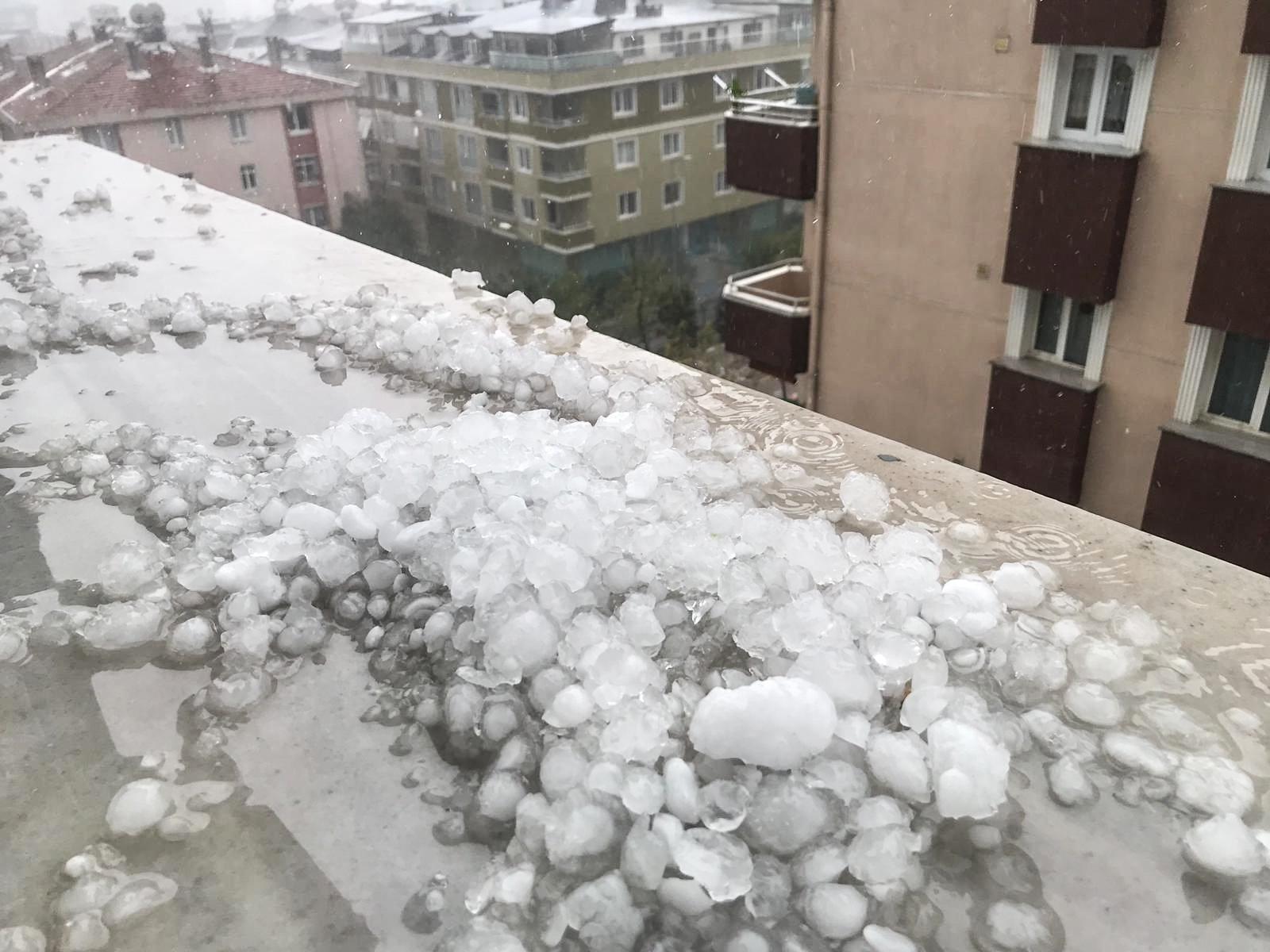 Ağır sağanak, dolu dolu İstanbul'da hayat thumbnail