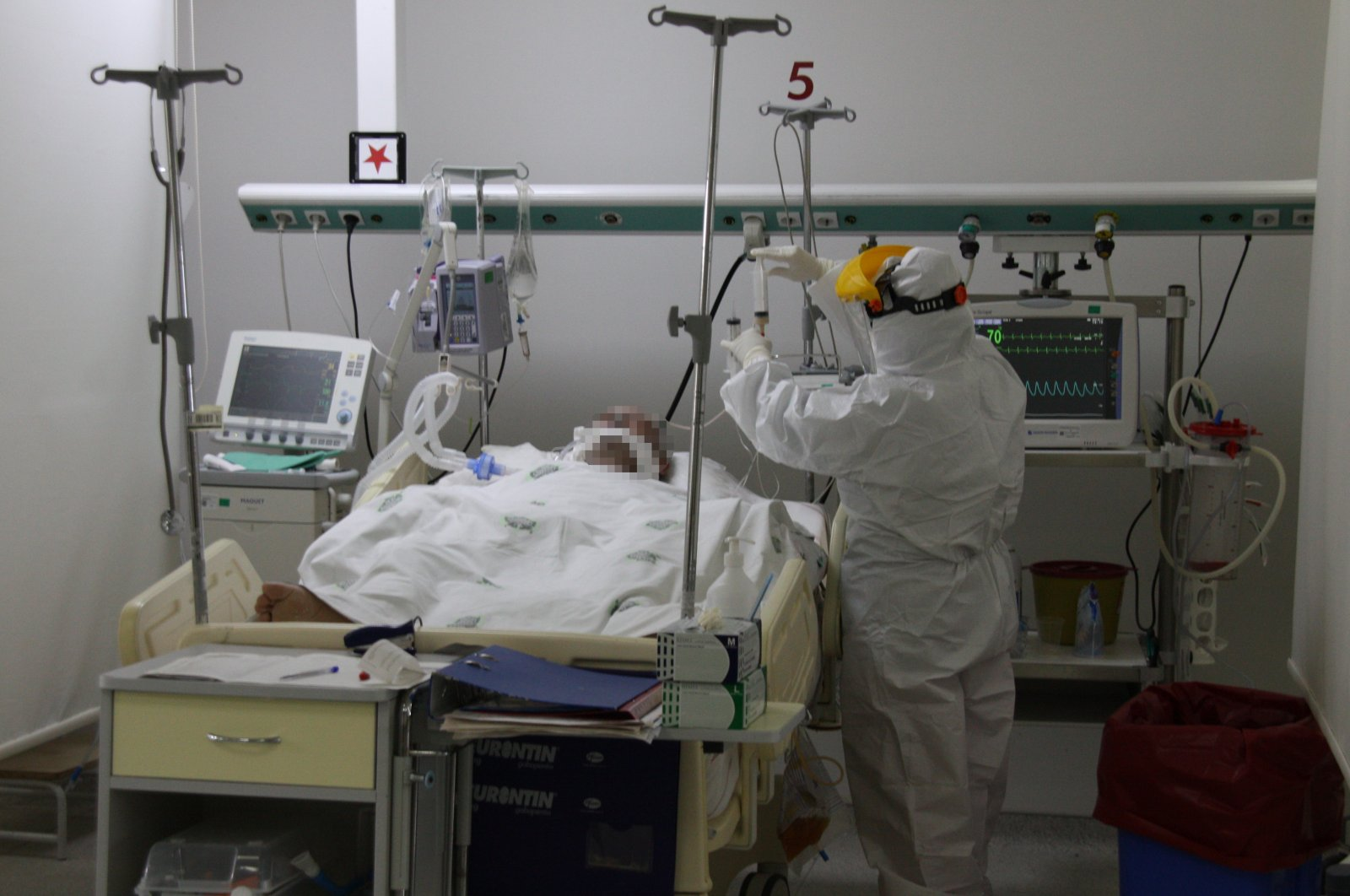 A doctor tends a COVID-19 patient at a hospital in Konya, central Turkey, Sept. 29, 2020. (AA Photo)