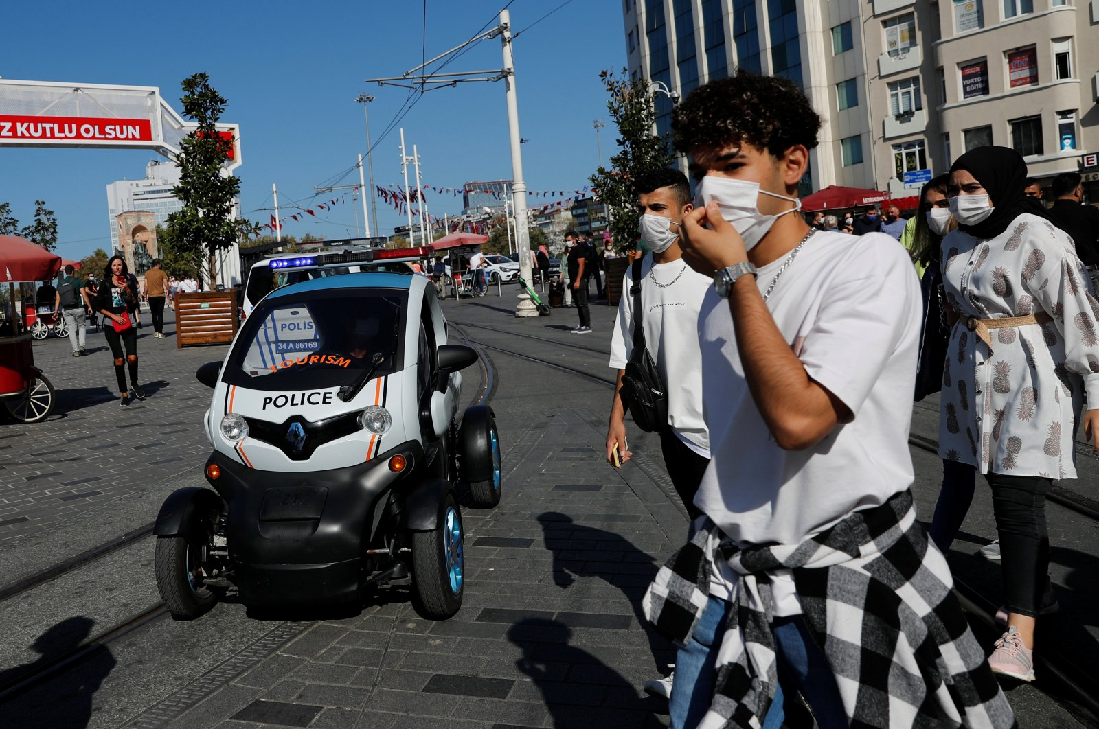 A member of the Tourism Police sitting in car patrols fine people for not wearing protective face masks at the main shopping and pedestrian street of Istiklal as the spread of the coronavirus disease continues, in Istanbul, Turkey Sept. 27, 2020. (Reuters Photo)