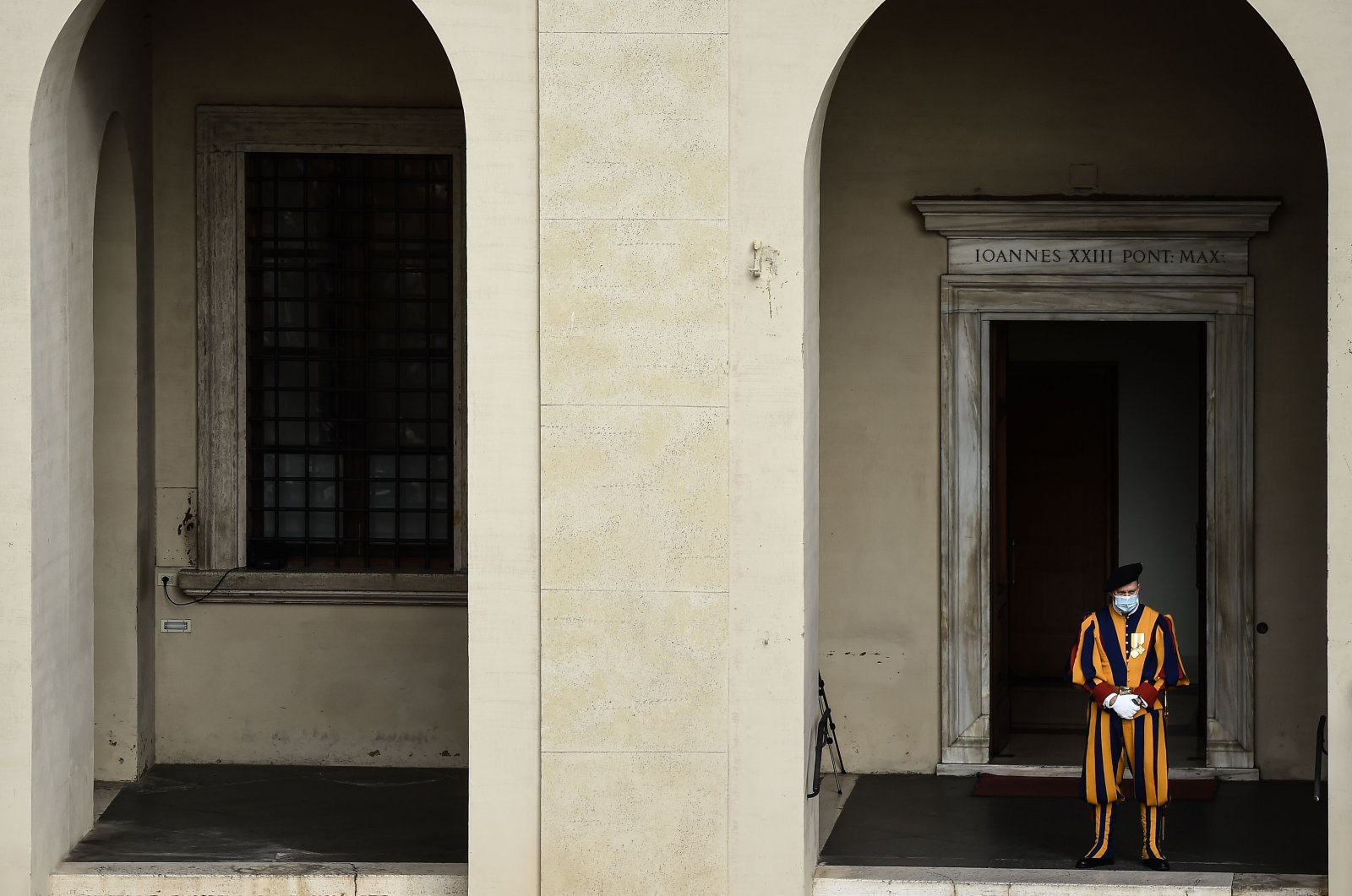 A Swiss Guard stands during a limited public audience by the pope at the San Damaso courtyard in The Vatican on Sept. 30, 2020. (AFP Photo)