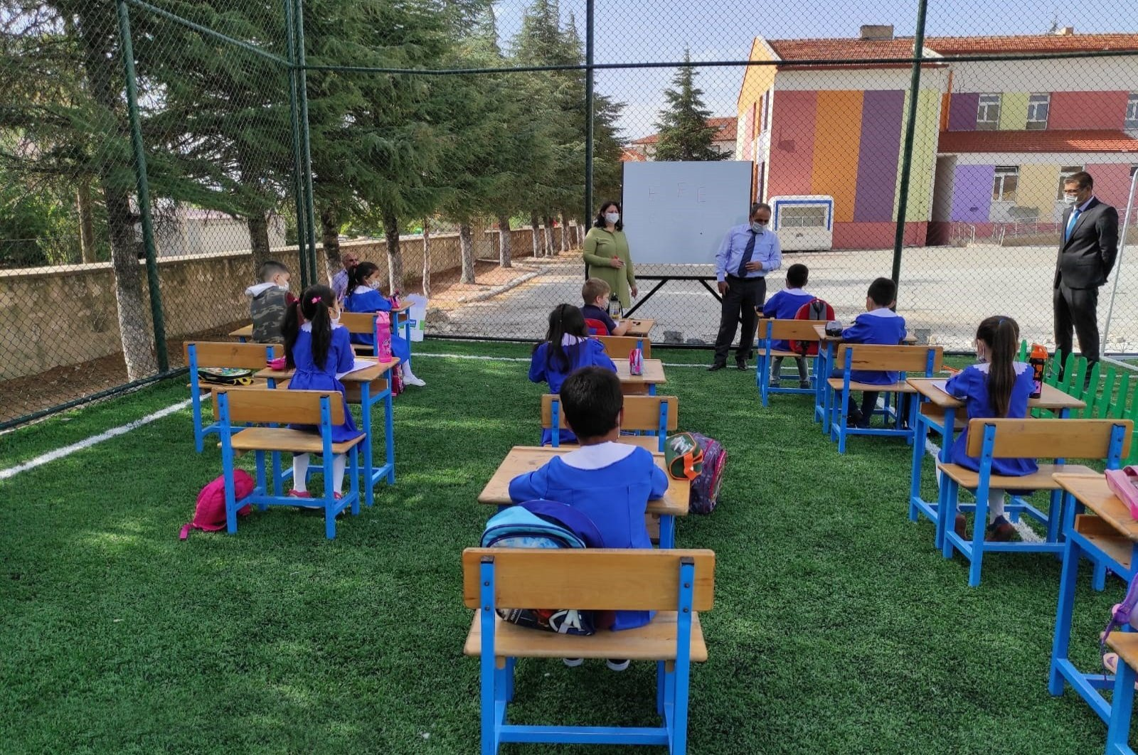 """Children attend an """"outdoors"""" class as part of measures against COVID-19 in Konya, central Turkey, Sept. 30, 2020. (IHA Photo)"""
