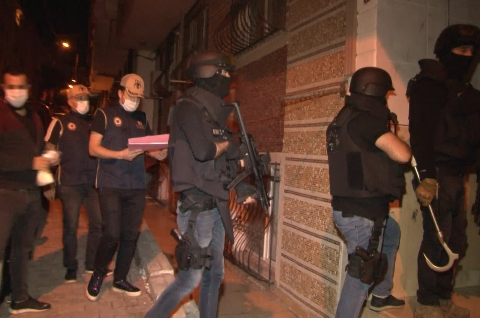 Police officers raid a building during counterterrorism operations in Istanbul, Sept. 30, 2020. (İHA Photo)