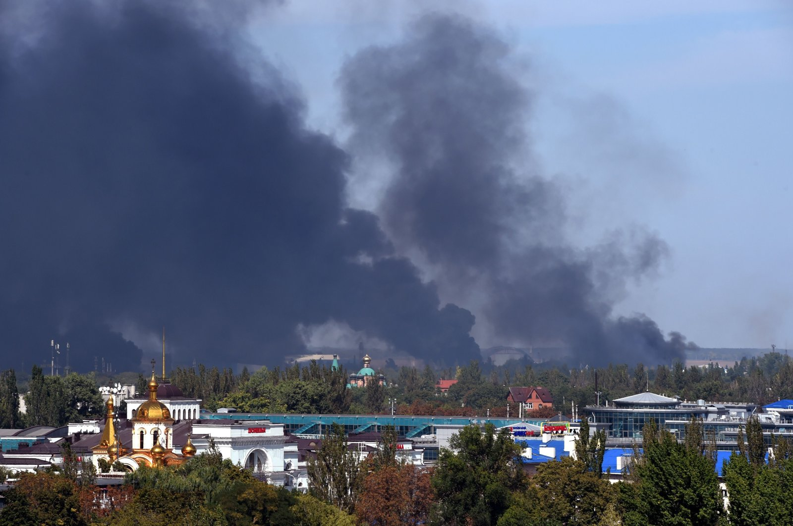 Black smoke ascends around the Donetsk International Airport as shelling continues between pro-Russian forces and the Ukrainian army, Donetsk, Ukraine, Sept. 14, 2014. (AFP Photo)