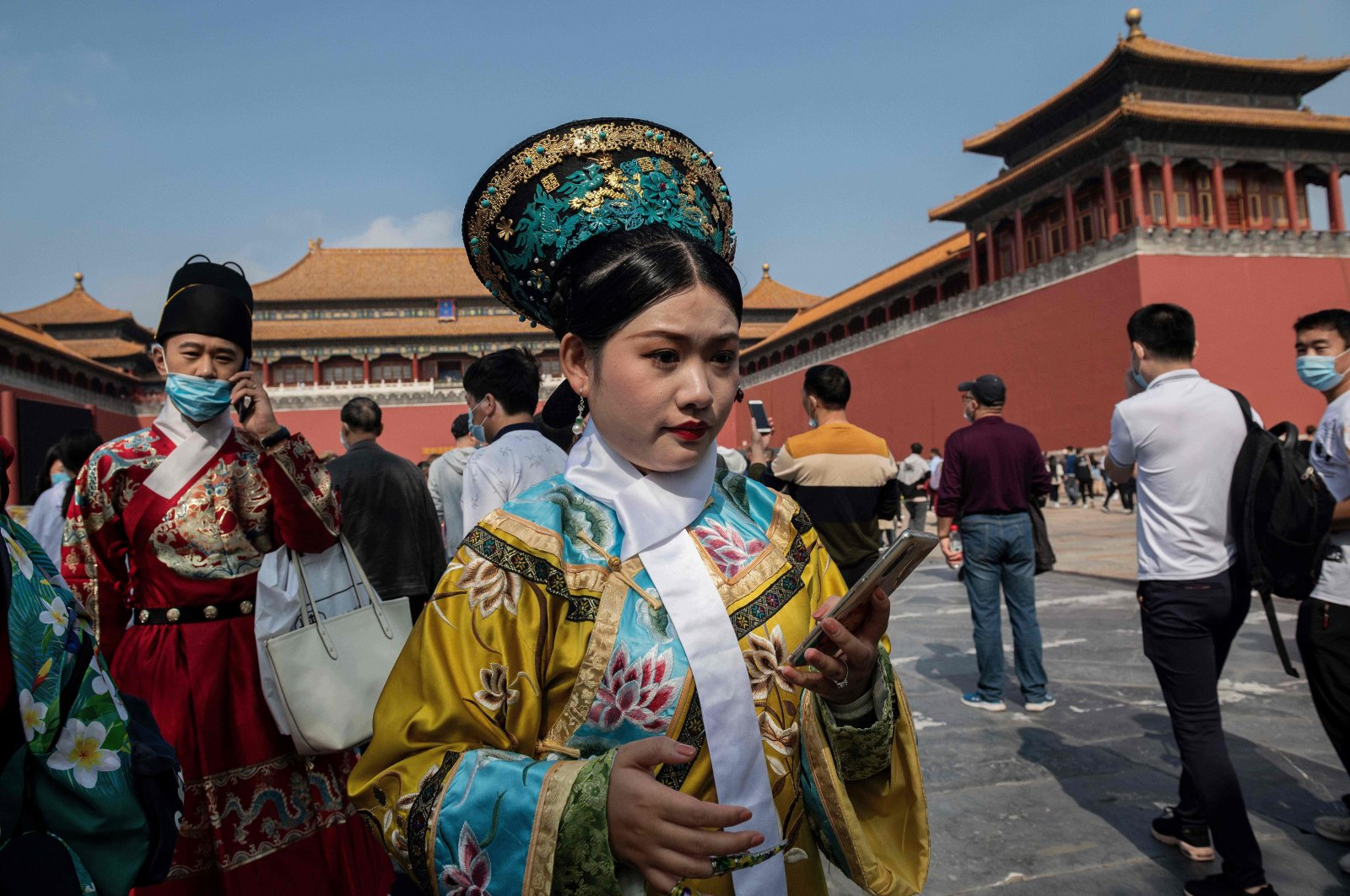 "People wearing ancient costumes walk outside the Forbidden City during National Day, marking the 71st anniversary of the People's Republic of China, and the country's national ""Golden Week"" holiday, Beijing, Oct. 1, 2020. (AFP Photo)"