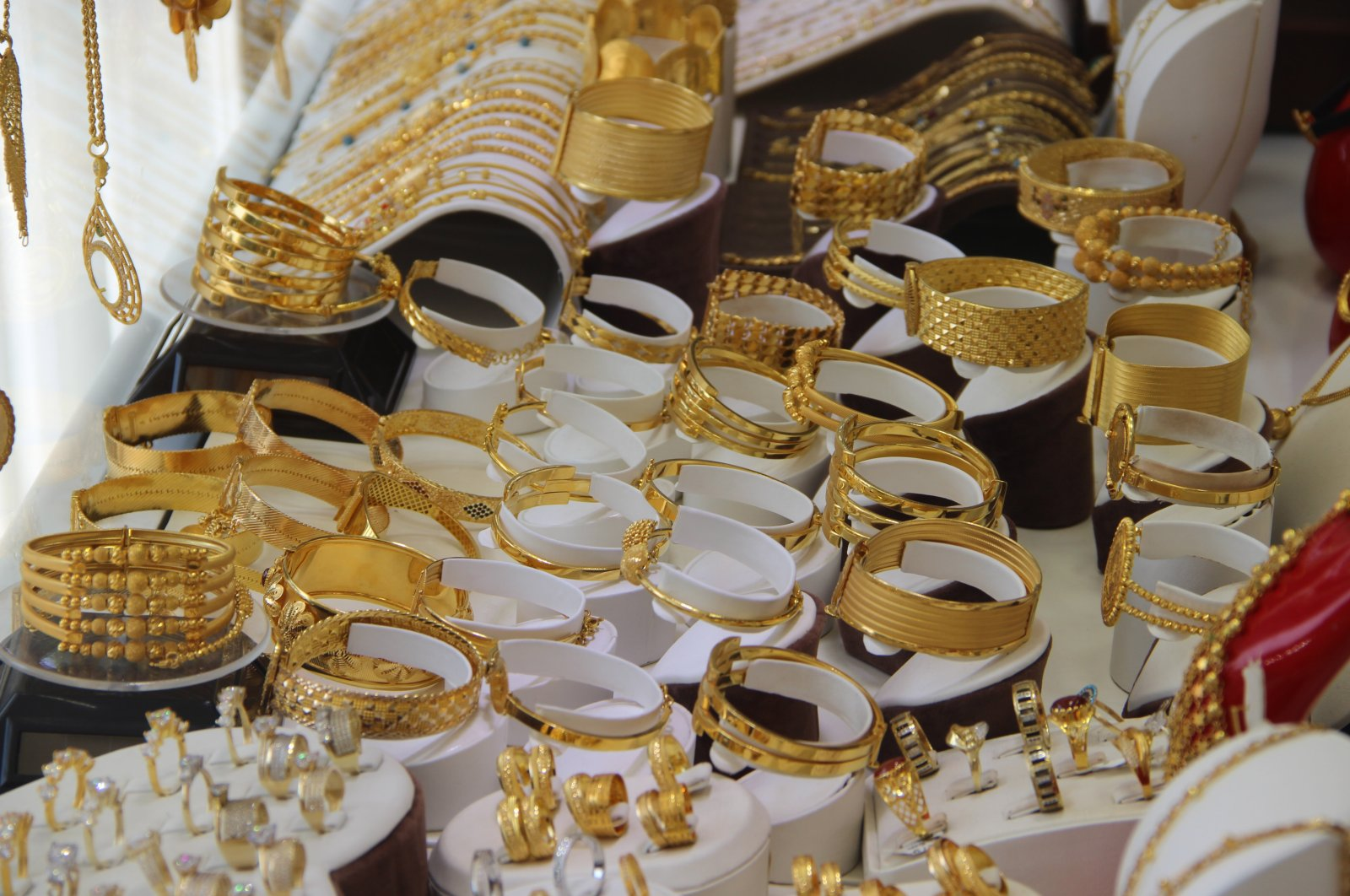 Gold jewelry on display at a shop in Diyarbakır, southeastern Turkey, Oct. 1, 2020. (DHA Photo)