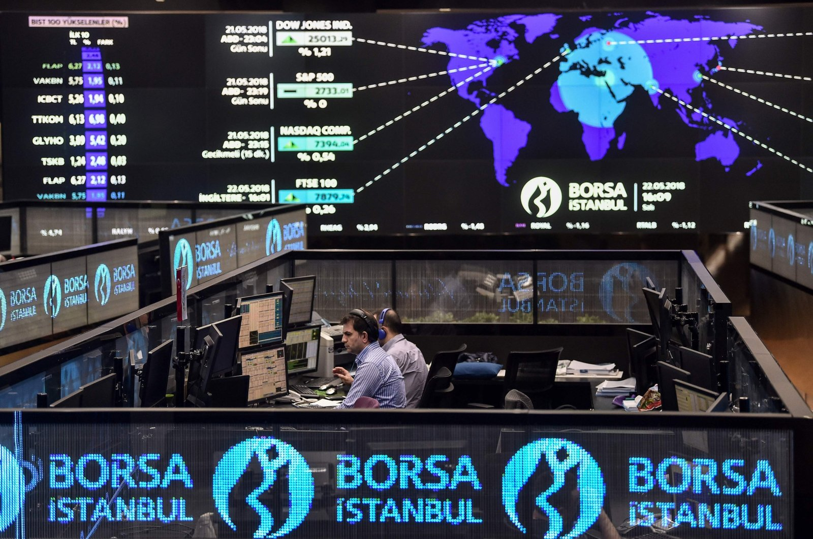 Traders work at their desks on the floor of the Borsa Istanbul, Istanbul, Turkey, May 22, 2018. (AFP Photo)