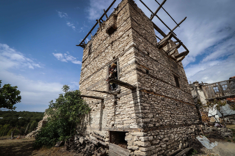 Menara Berçin yang bersejarah adalah salah satu pemandangan untuk dilihat di rute migrasi Domaniç-Söğür, provinsi Kütahya, Turki barat, 1 Oktober 2020. (Foto AA)