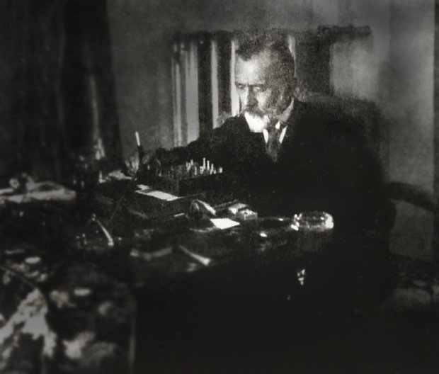 A photo of Abdülhak Hamid Tarhan playing chess by himself.
