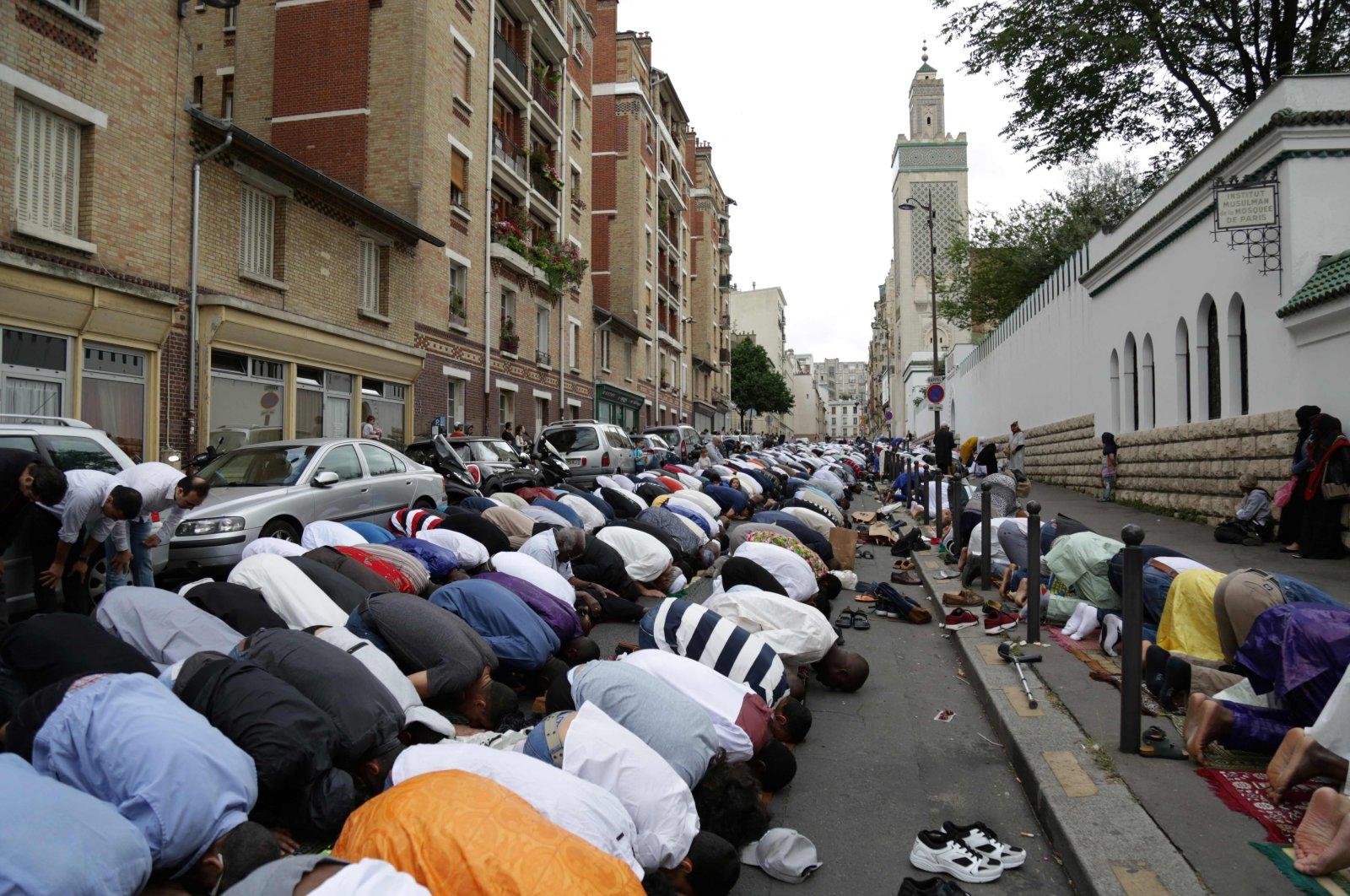 Muslims conduct Eid al-Fitr prayers outside the Grande Mosquee de Paris (Great Mosque of Paris) in Paris, France, June 25, 2017. (AFP File Photo)