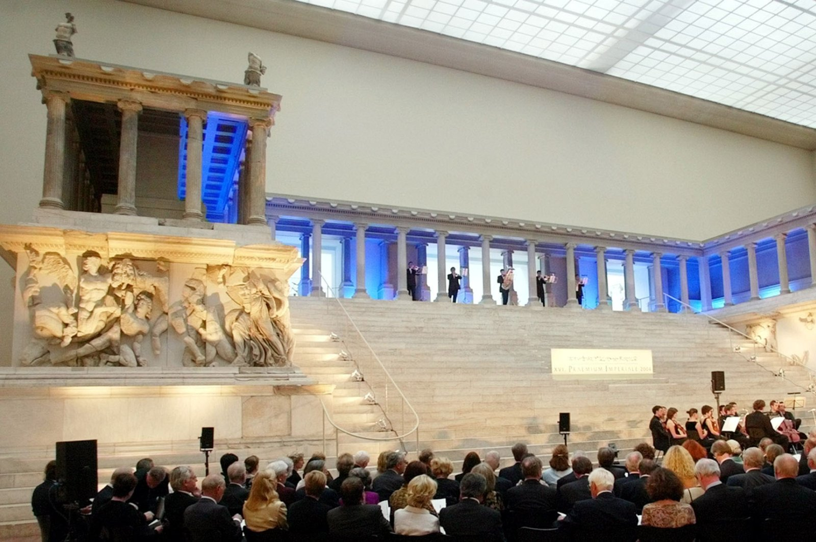 """The world-famous Pergamon Altar is pictured during the """"Praemium Imperiale"""" celebration hosted by the Japanese organization """"Nobel Prize for the Arts,"""" in the Berlin Pergamon Museum, Germany, June 8, 2004. (AP PHOTO)"""
