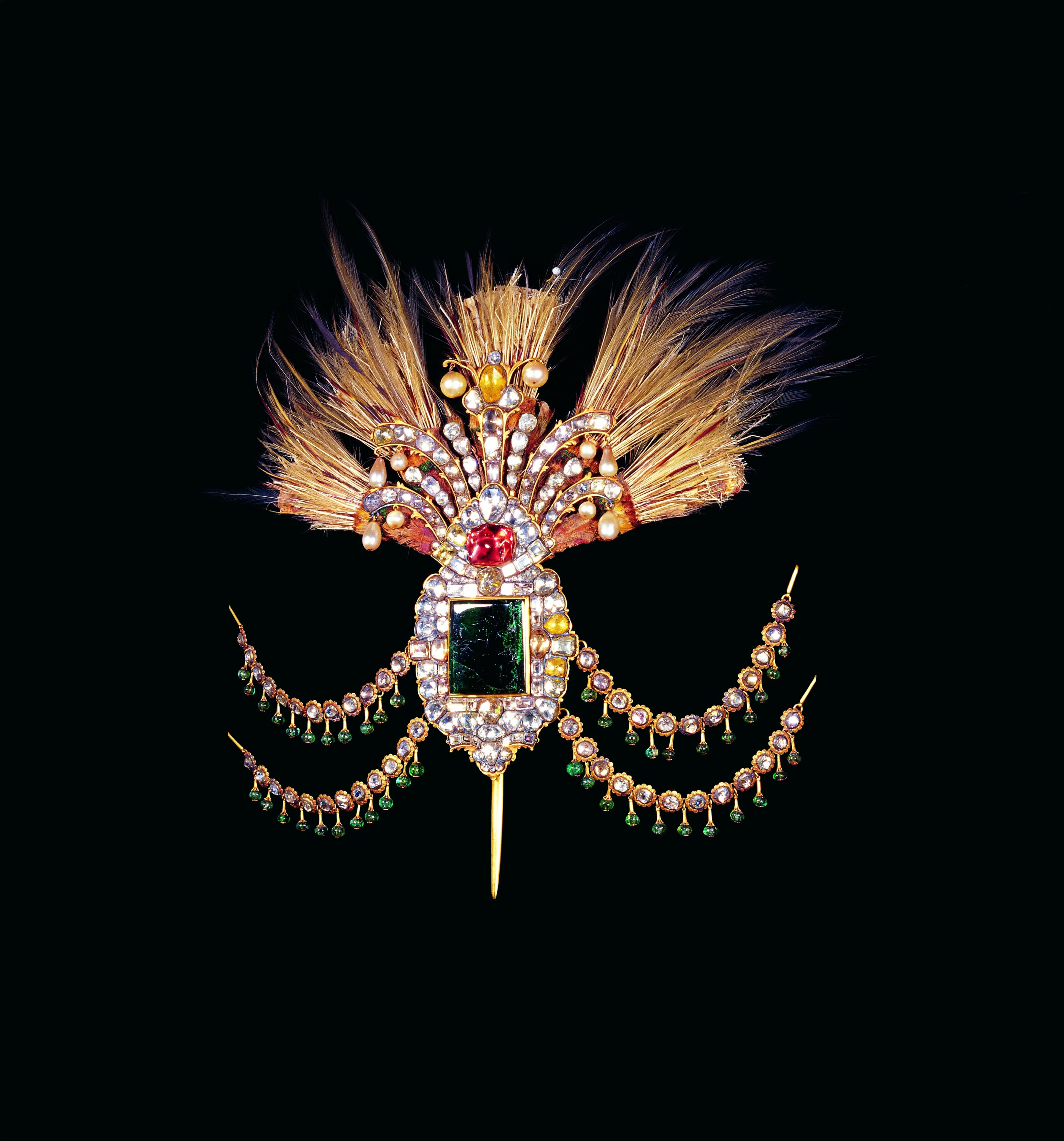 Aigrette, 18th century, gold, emerald, diamond, ruby, pearl, feather, 19.5 by 13.4 centimeters, selected from Topkapı Palace Museum, Istanbul, Turkey. (Courtesy of SSM)