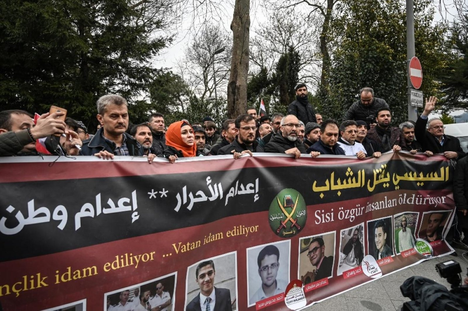 """Protesters hold a banner reading """"el-Sissi kills the youth"""" in front of the Egyptian consulate in Istanbul, Turkey, March 2019. (AFP Photo)"""