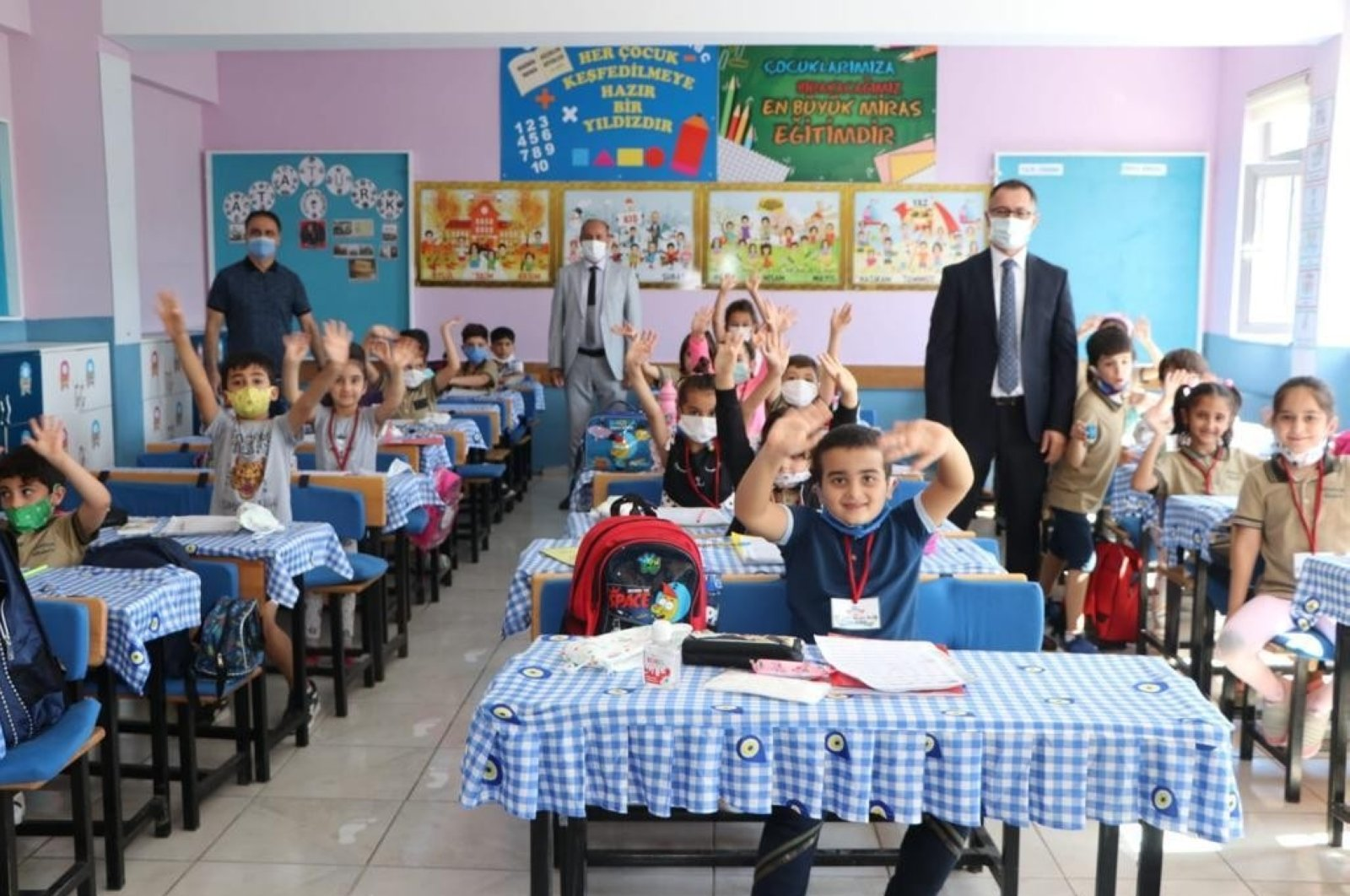 Children and school staff are seen in a classroom at a school in Diyarbakır, southeastern Turkey, Oct. 5, 2020. (IHA Photo)