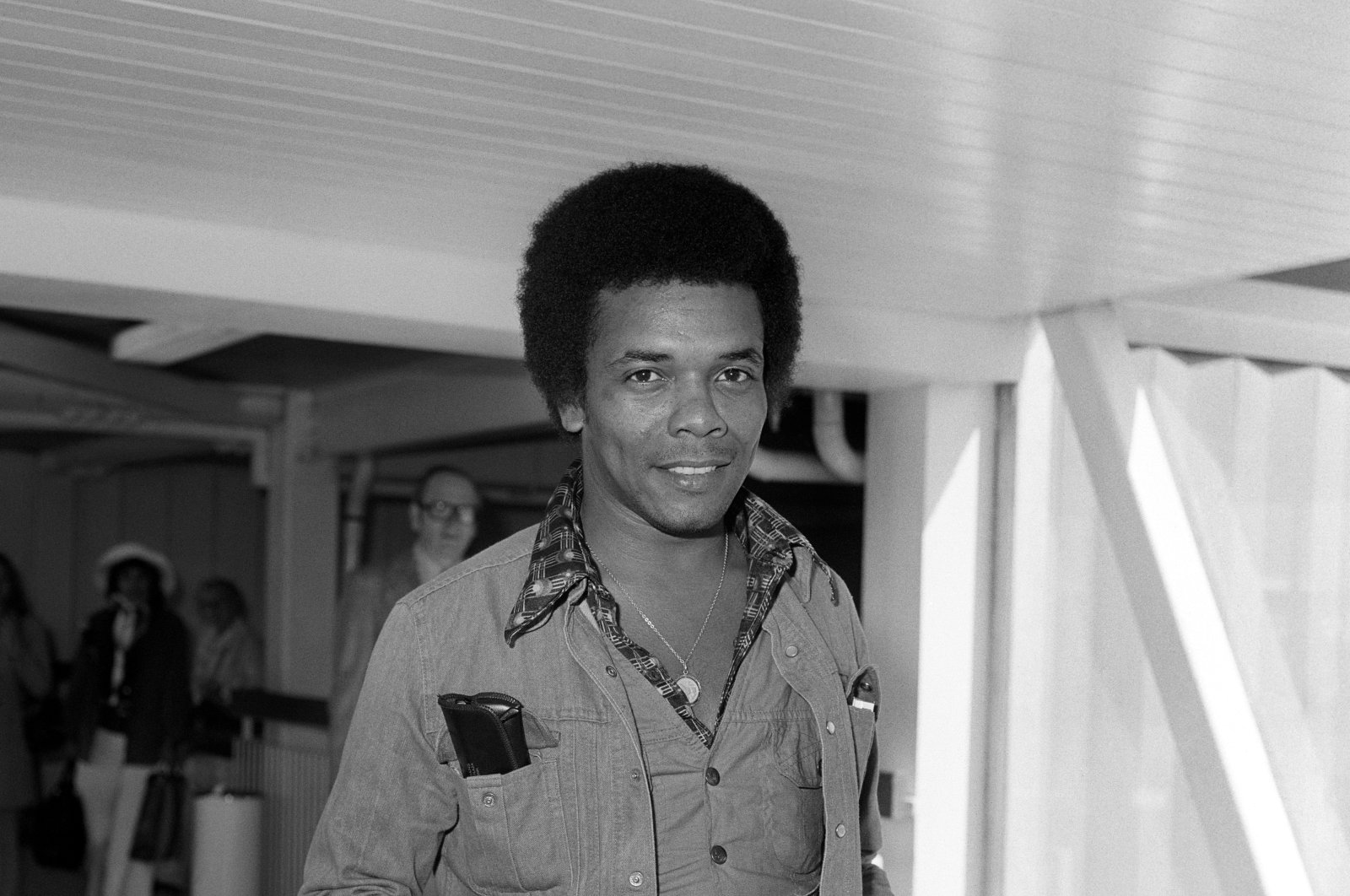American singer Johnny Nash arrives at Heathrow Airport in London, Britain, after a flight from the U.S. in 1975. (Reuters Photo)
