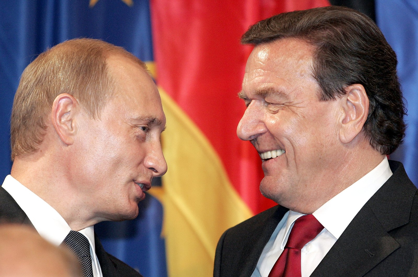 This file photo shows then-German Chancellor Gerhard Schroeder (R) and Russian President Vladimir Putin during a press conference in Berlin, Sept. 8, 2005. (AFP Photo)