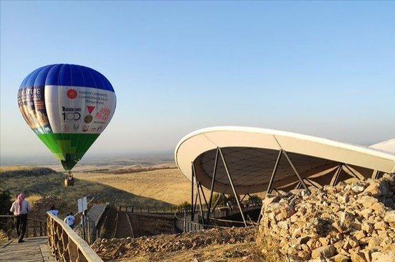 A hot air balloon seen near the Göbeklitepe archeological site, southeastern Şanlıurfa province, Turkey, Oct. 6, 2020. (DHA Photo)