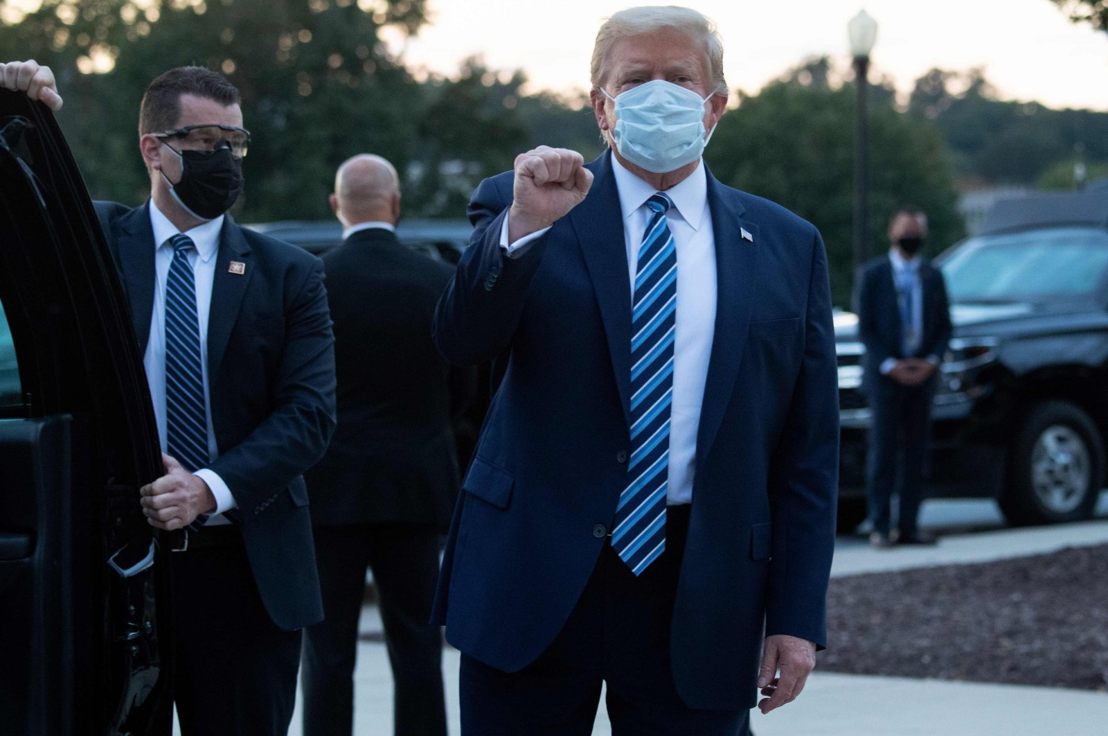 U.S. President Donald Trump pumps his fist as he leaves Walter Reed National Military Medical Center in Bethesda, Maryland, U.S., heading toward Marine One, to return to the White House after being discharged following treatment for COVID-19, Oct. 5, 2020. (AFP Photo)
