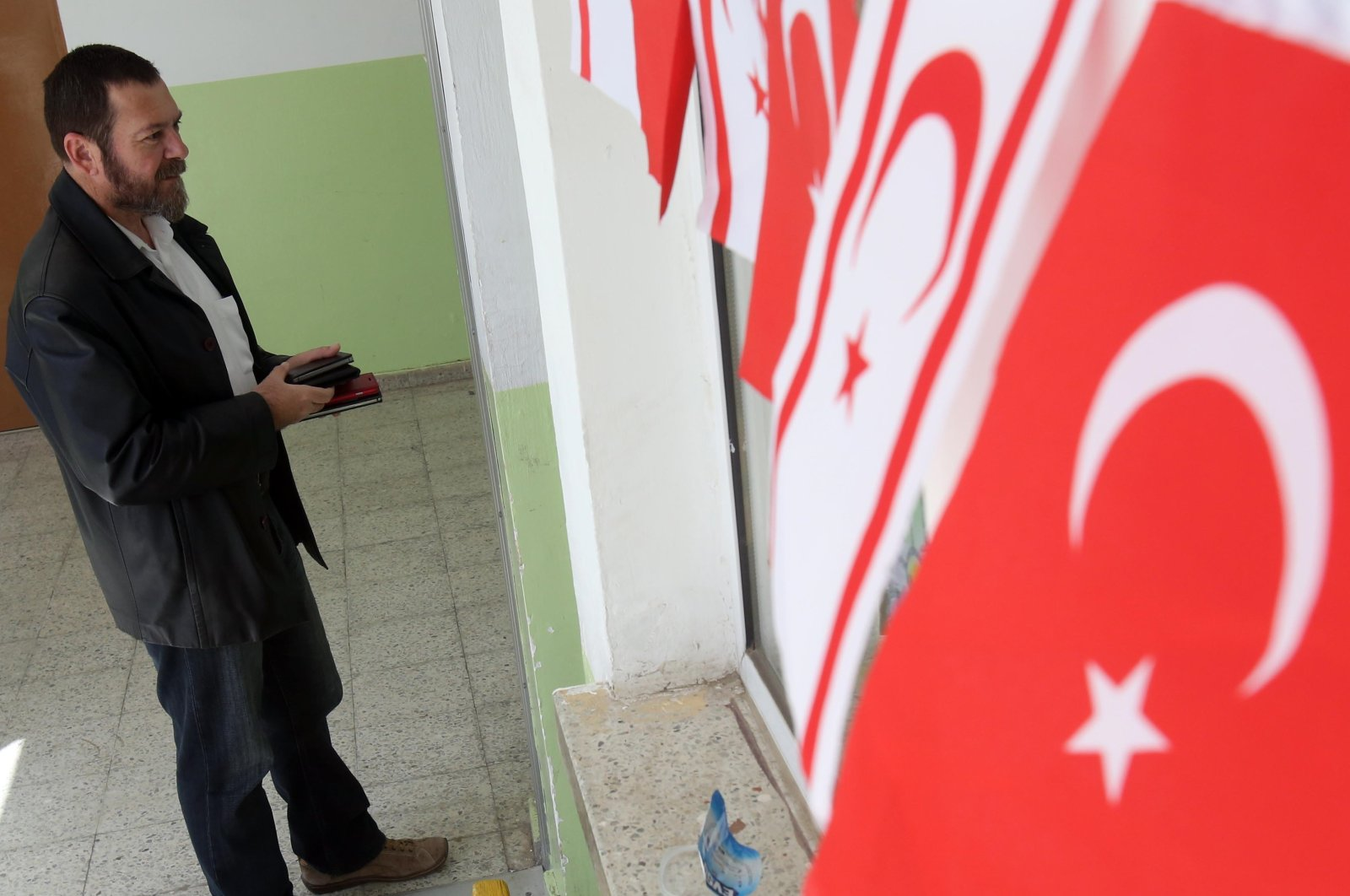 A man waits to vote outside a polling station during the presidential elections in Lefkoşa, Turkish Republic of Northern Cyprus (TRNC), April 26, 2015. (AP Photo)