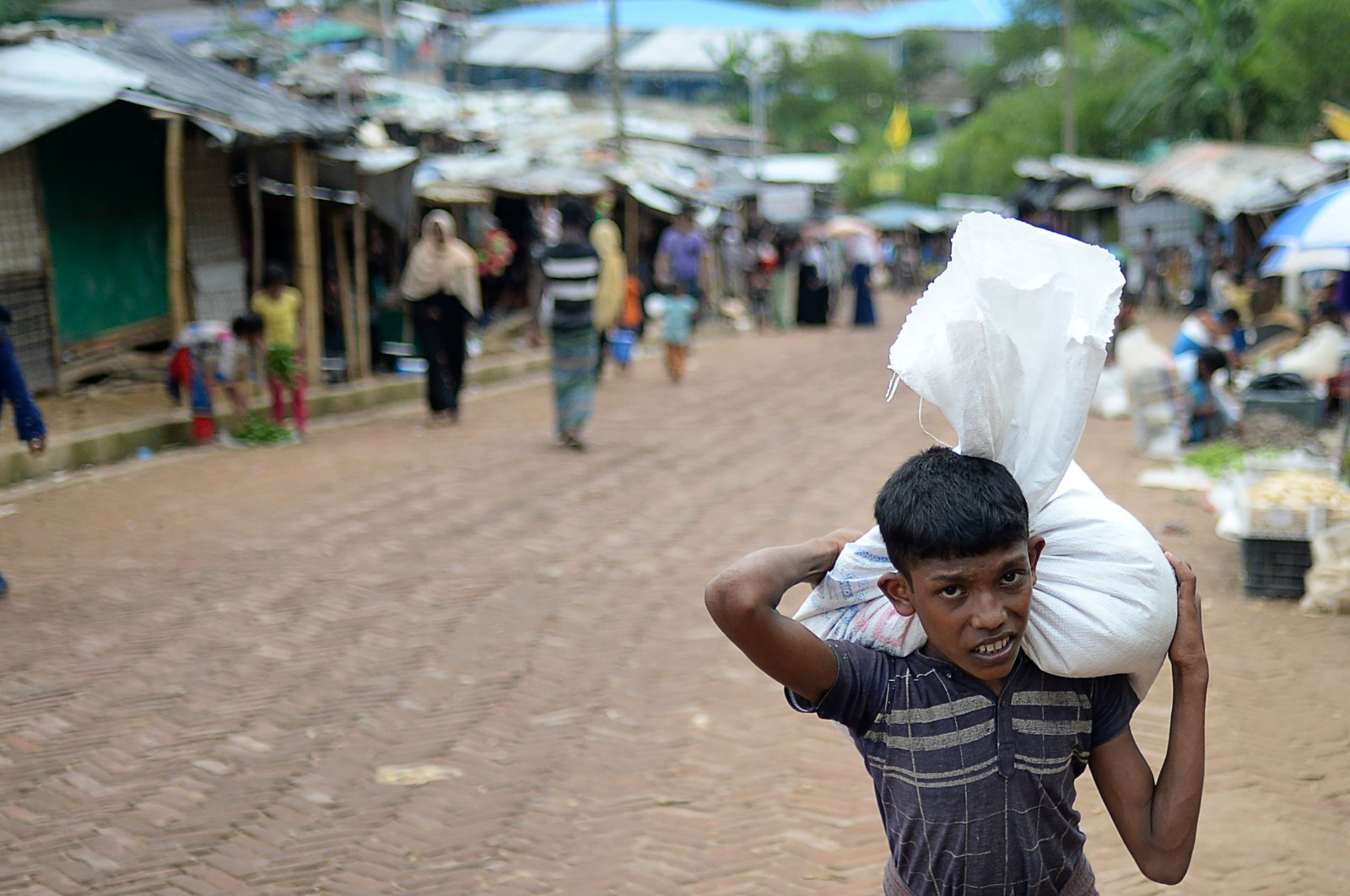 A Rohingya refugee youth carries relief materials at Kutupalong refugee camp, in Ukhia, Bangladesh, Oct. 6, 2020. (AFP Photo)
