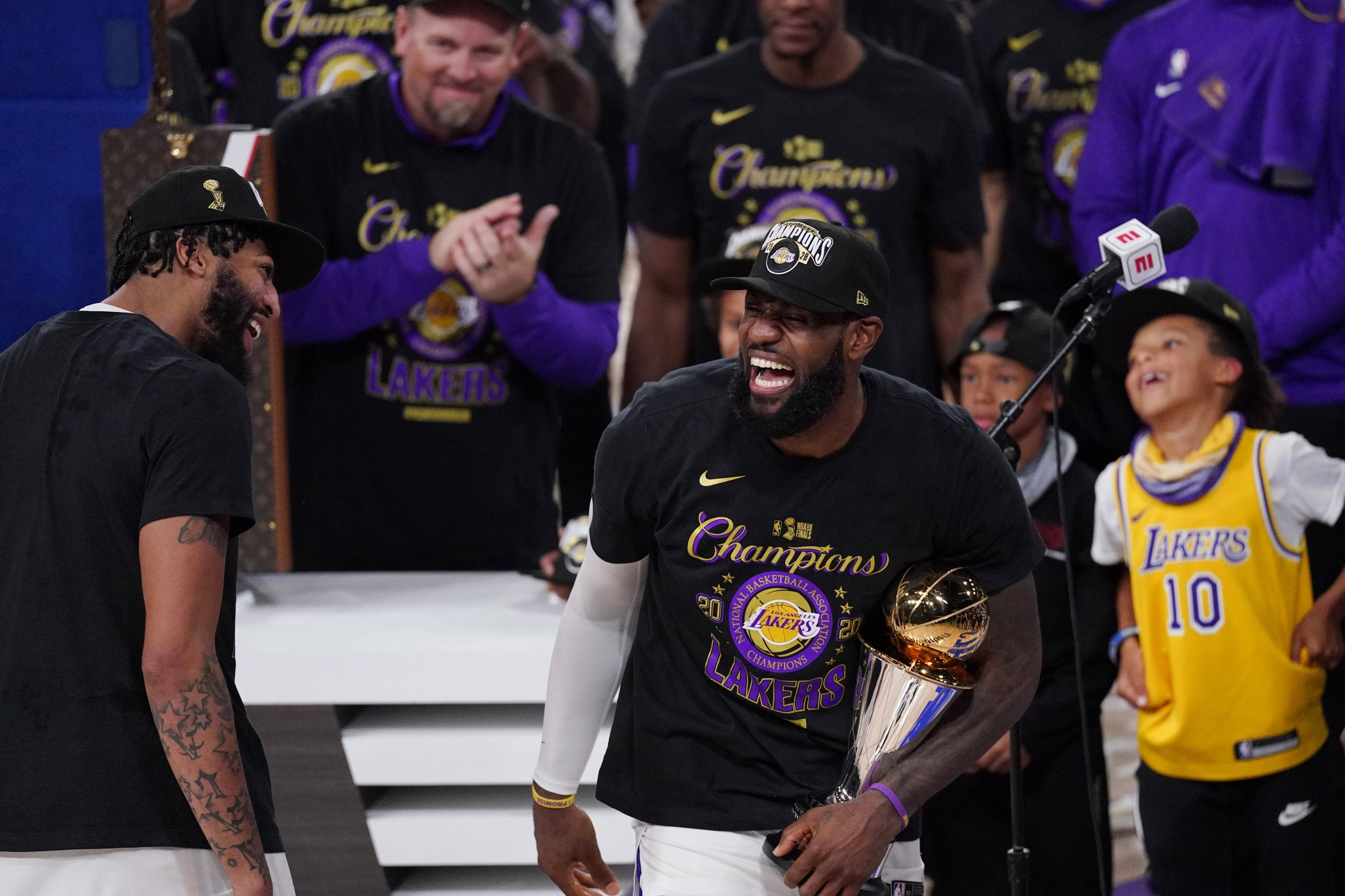 Los Angeles Lakers' LeBron James (R) holds the MVP trophy as he celebrates with Anthony Davis after defeating the Miami Heat in Game 6 of NBA Finals, in Lake Buena Vista, Florida, U.S., Oct. 11, 2020. (AP Photo)