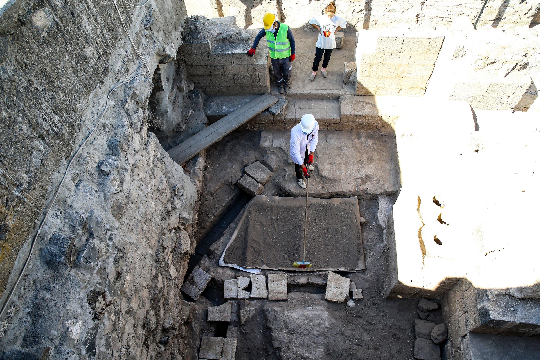 Archäologen arbeiten am 11. Oktober 2020 an den Wasserkanälen des Heizungssystems im Amida-Hügel in Diyarbakır, Südtürkei. (AA PHOTO)