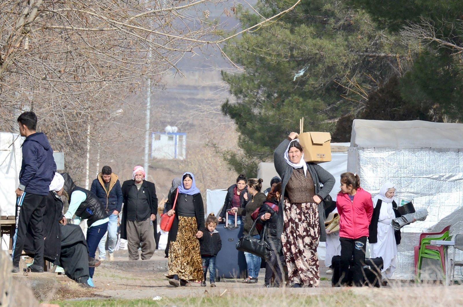 Yazidis, who fled from Daesh oppression in Iraq's Sinjar, carry their belongings in southeastern Turkey's Diyarbakır, Jan. 3, 2017. (AFP Photo)