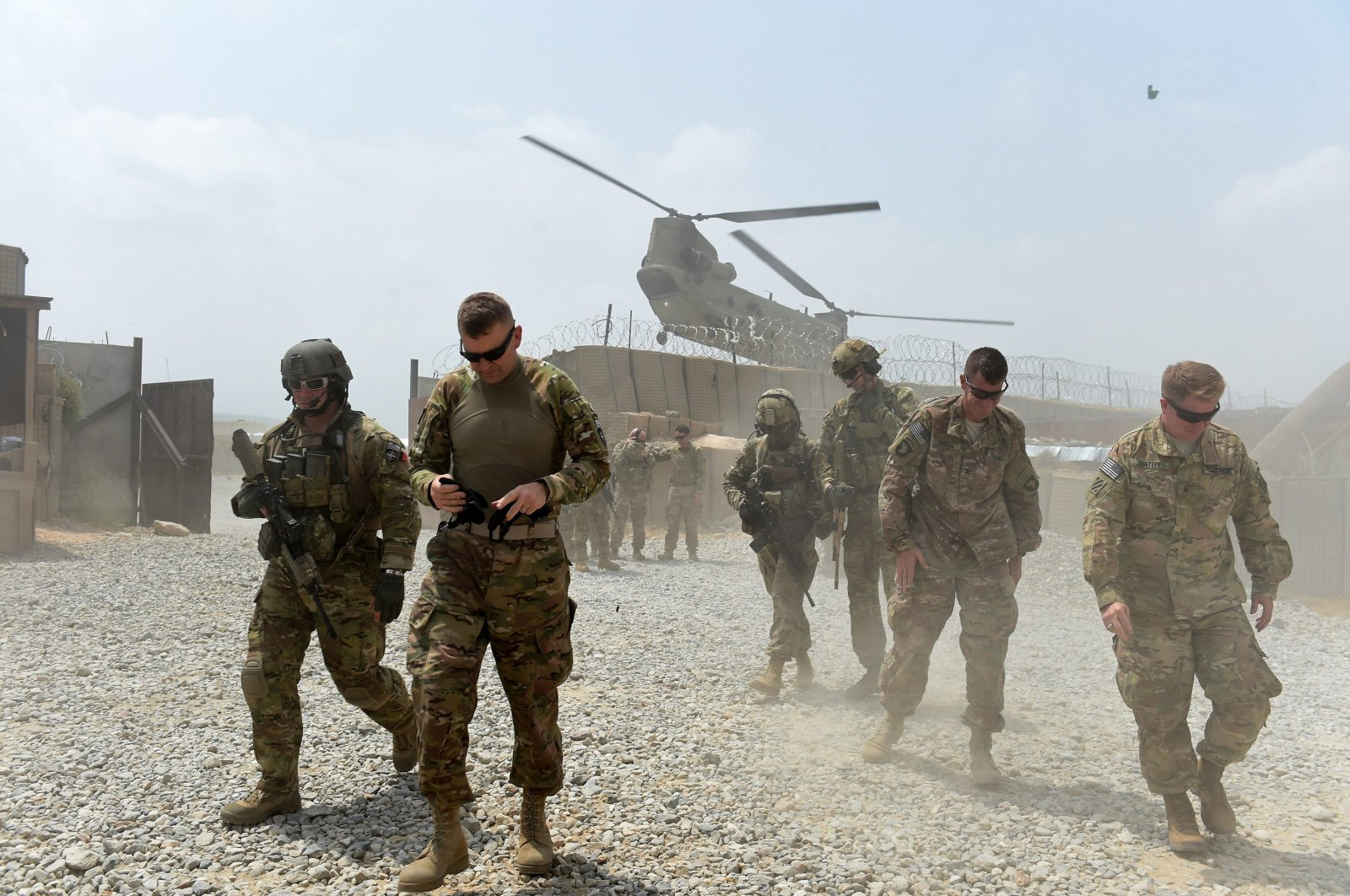 U.S. Army soldiers walk as a NATO helicopter flies overhead at coalition force Forward Operating Base (FOB) Connelly in the Khogyani district in the eastern province of Nangarhar Aug. 13, 2015. (AFP Photo)