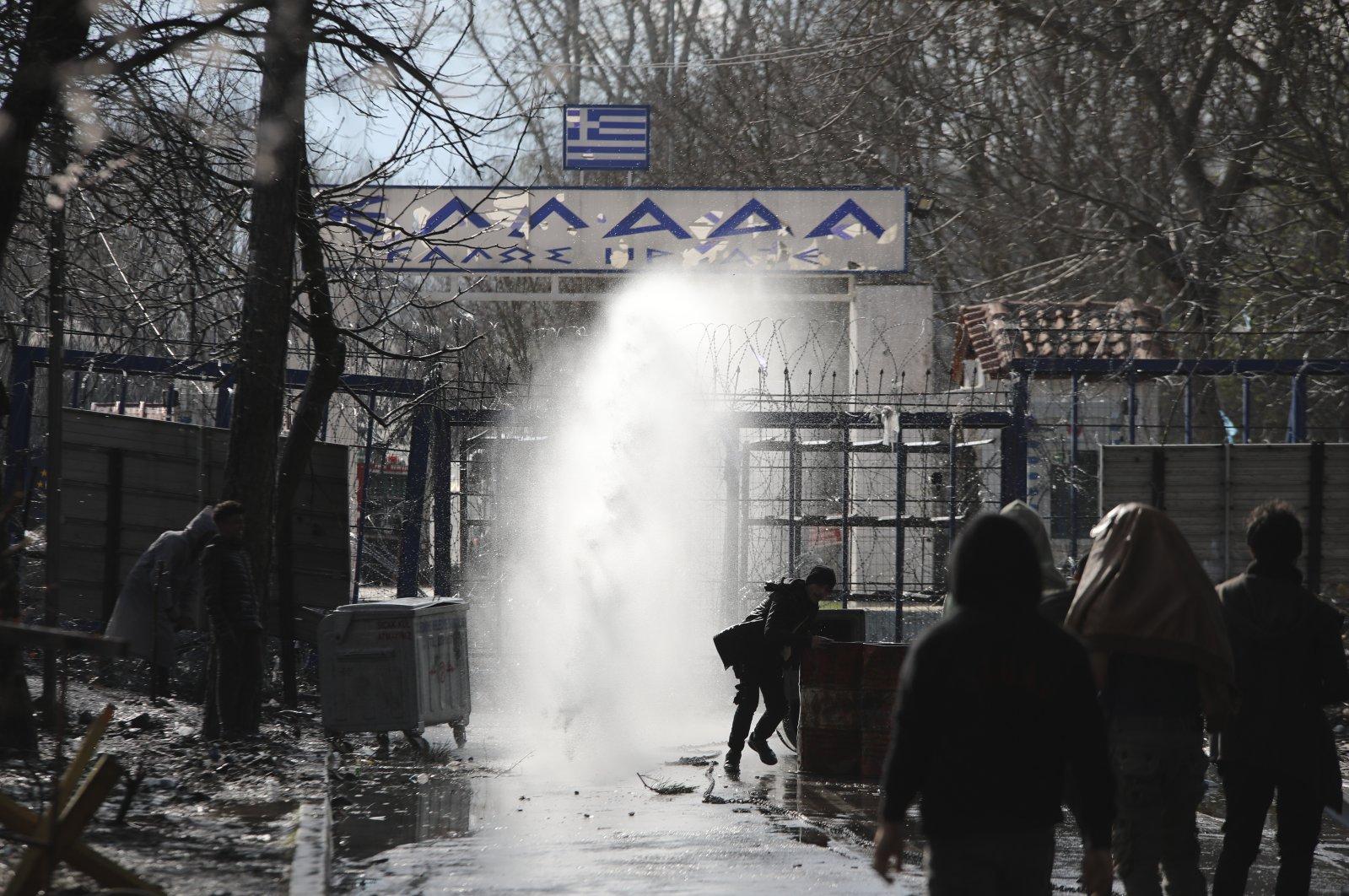 Griechische Sicherheitskräfte setzen Tränengas gegen Migranten an der türkisch-griechischen Grenze in Pazarkule, Region Edirne, Türkei, 11. März 2020 ein. (AP Photo)