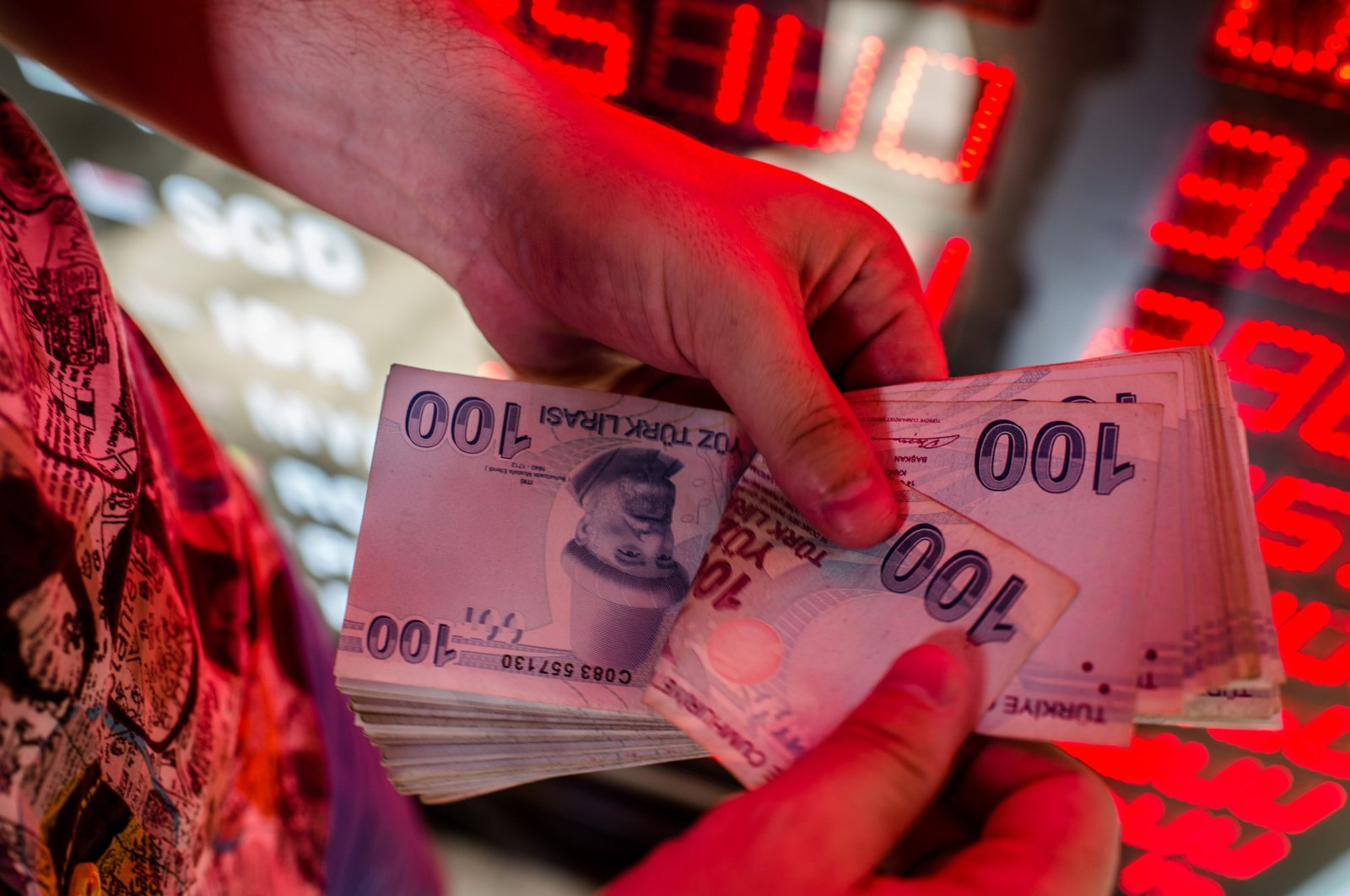 A money changer counts Turkish lira banknotes at a currency exchange office in Istanbul, Turkey, Aug. 8, 2018. (AFP Photo)