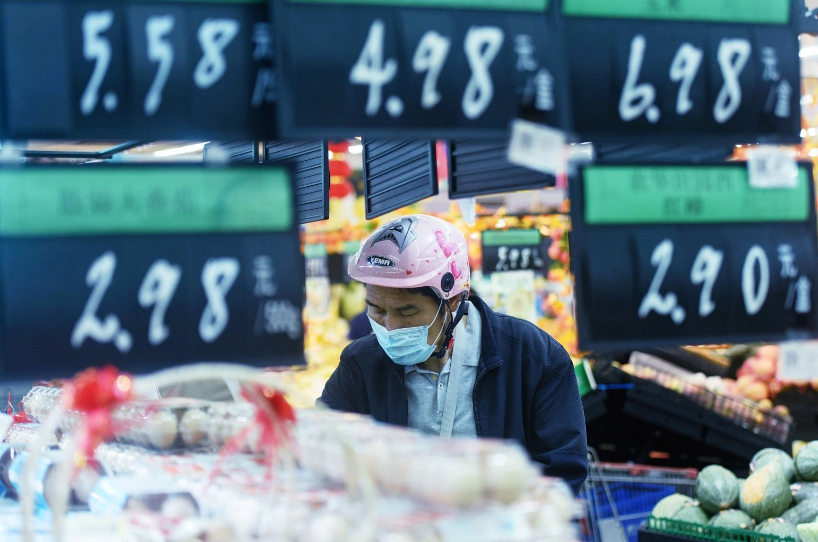 A customer wearing a face mask shops at a supermarket in Hangzhou in eastern China's Zhejiang Province, Oct. 15, 2020. (AFP Photo)