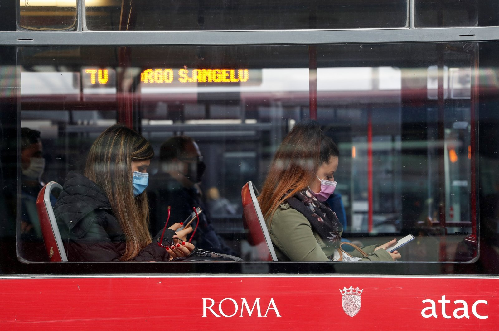 Passengers wearing protective face masks travel on a bus, Rome, Oct. 15, 2020. (Reuters Photo)