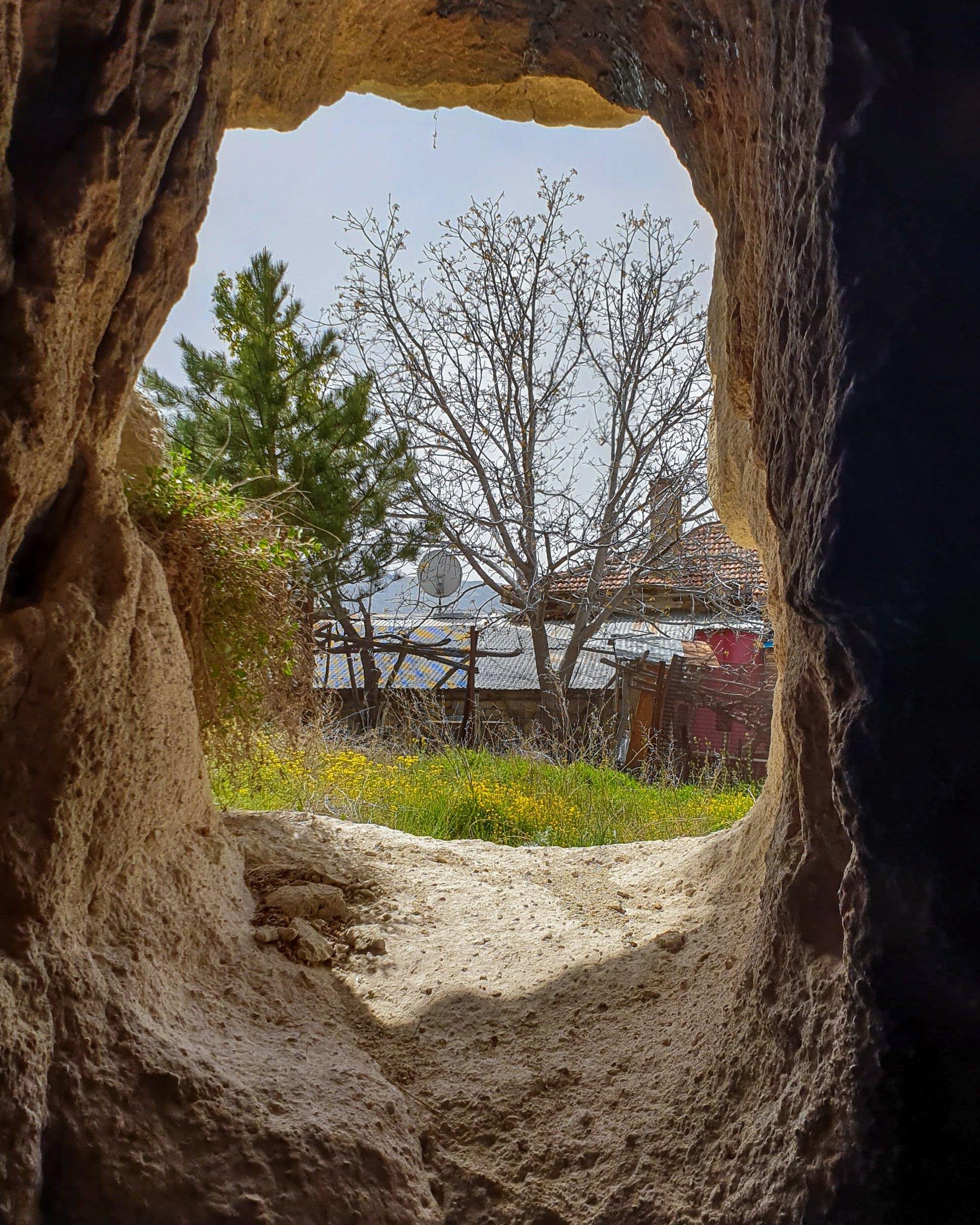 Une vue du village à travers la fenêtre de l'une des anciennes structures.  (Photo par Argun Konuk)