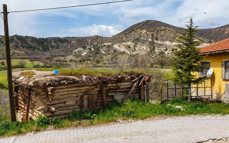 Une vue sur les collines entourant le village de Mahkemeağcin.  (Photo par Argun Konuk)