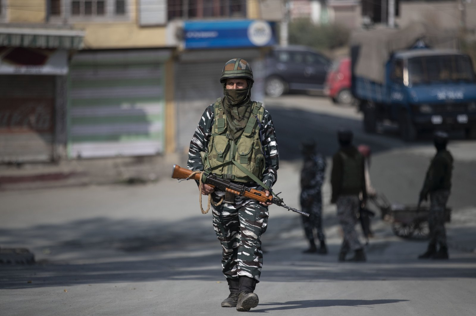 An Indian paramilitary soldier patrols during a gunfight between government forces and suspected rebels, Srinagar, Oct. 12, 2020. (AP Photo)