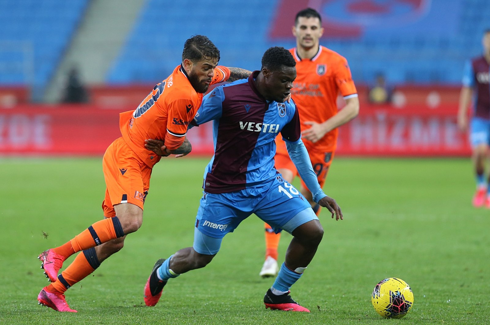 Başakşehir's Junior Caicara (L) competes for the ball with Trabzonspor's Caleb Ekuban (C) during a Süper Lig match in Trabzon, Turkey, March 15, 2020. (AA Photo)