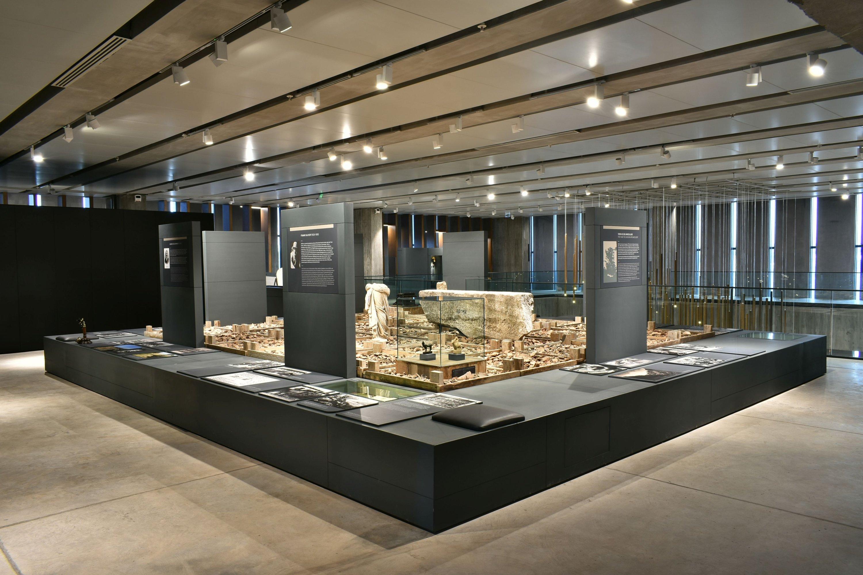 Pemandangan umum dari platform yang dihiasi dengan artefak bersejarah di Museum Troy.  (Atas kebaikan Museum Troy)