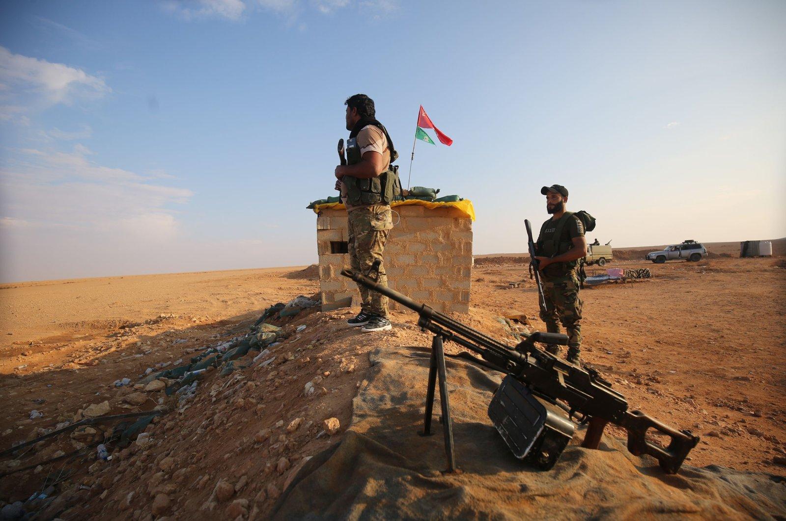 An Iraqi Shiite fighter of the Hashd al-Shaabi paramilitary force secures the border opposite Abu Kamal in Syria's Deir Ezzor region, in al-Qaim, Anbar Province, Iraq, Nov. 12, 2018. (AFP Photo)