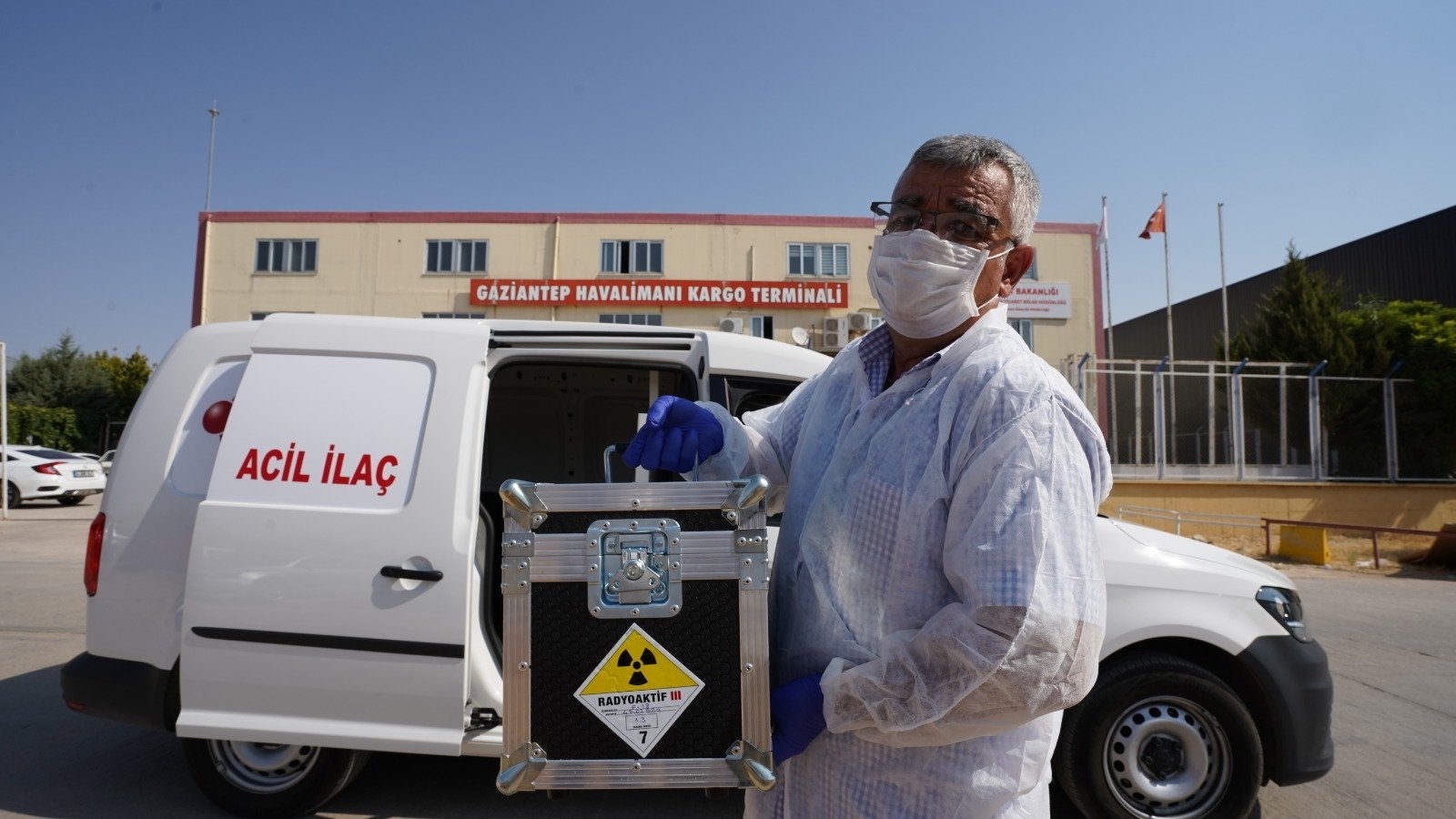 A health care worker carries a radioactive drug at the airport in Gaziantep, southern Turkey, Oct. 20, 2020. (AA Photo)