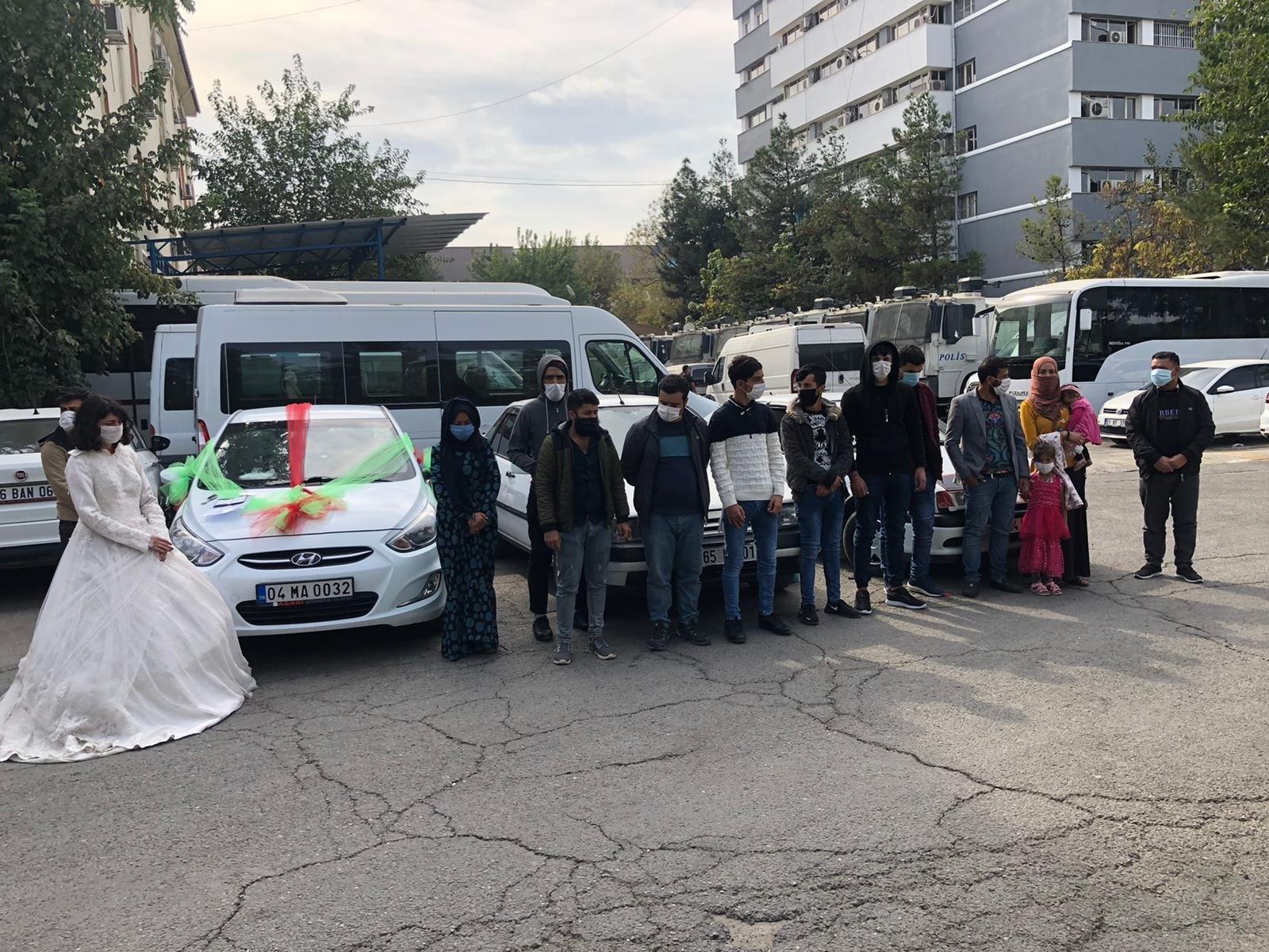16 illegal migrants caught in fake wedding convoy in Turkey