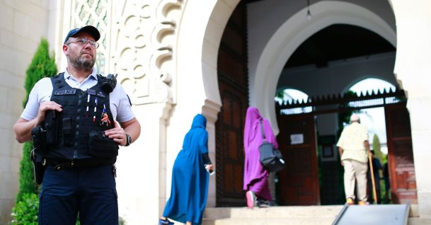 A police officer stands guard as people enter the Grand Mosque of Paris, at the start of the holy month of Ramadan, Paris, France, May 27, 2017. (AFP Photo)