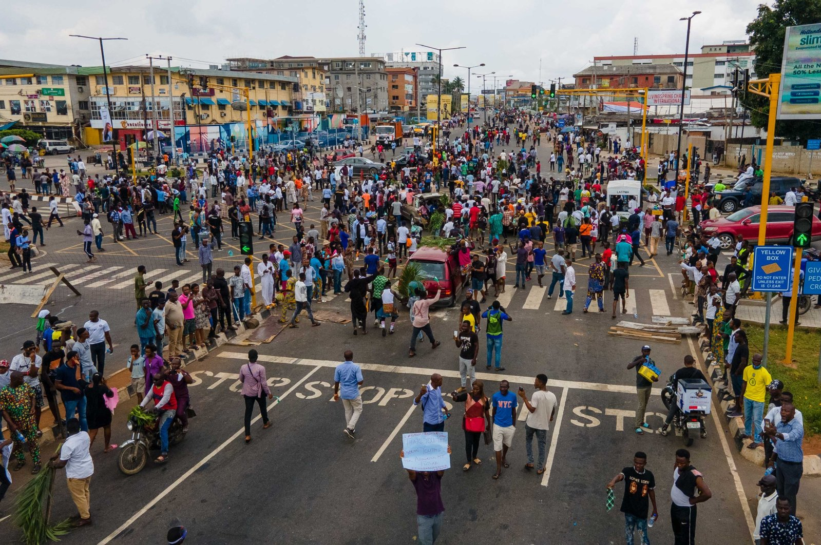 Protesters swarm the Allen Avenue roundabout during a demonstration in support of the ongoing protest against the police brutality, Lagos, Nigeria, Oct. 19, 2020. (AFP Photo)