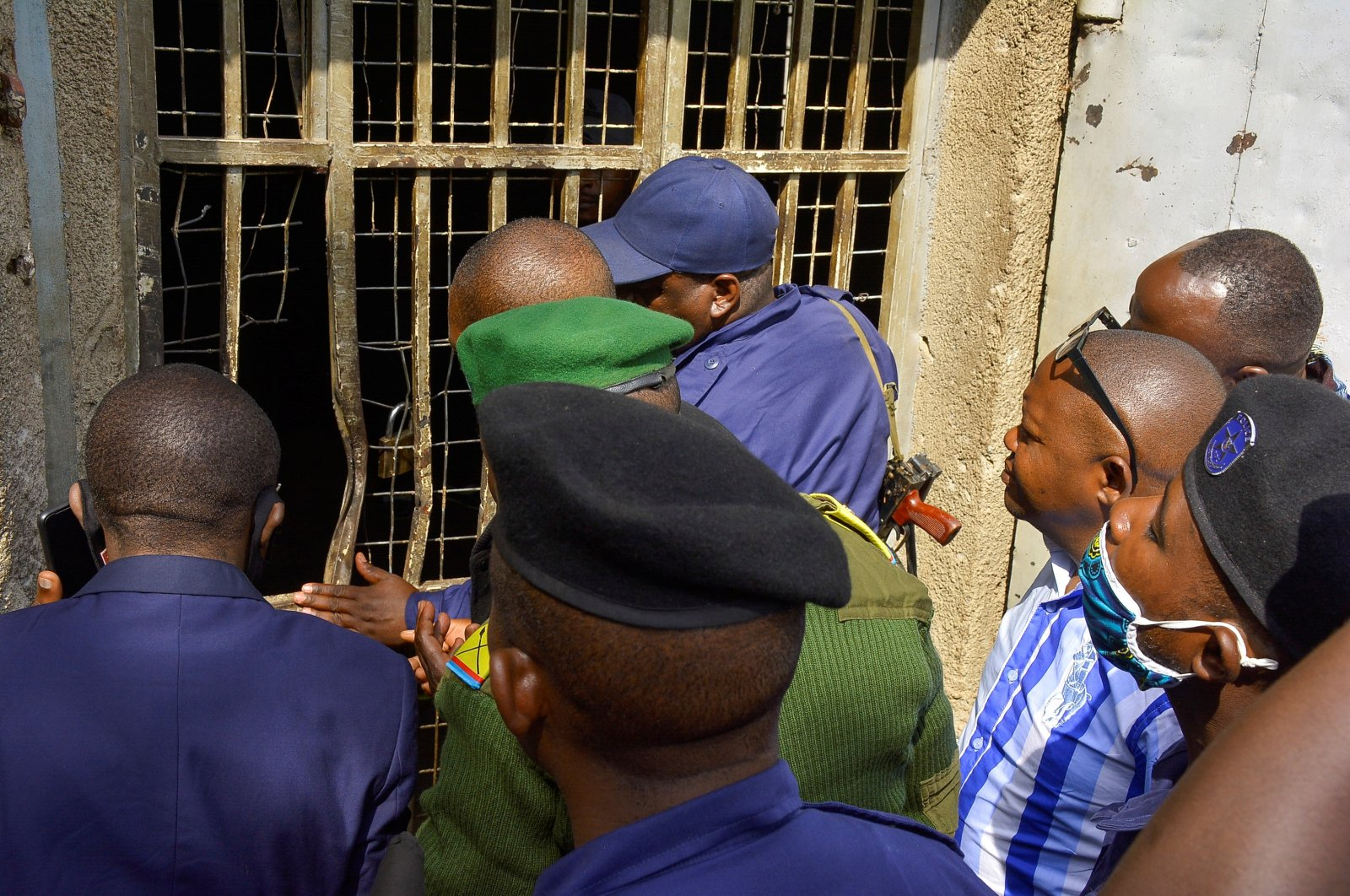 Congolese security officers look at a broken window at the Kangbayi central prison in Beni, Democratic Republic of Congo, Oct. 20, 2020. (Reuters Photo)