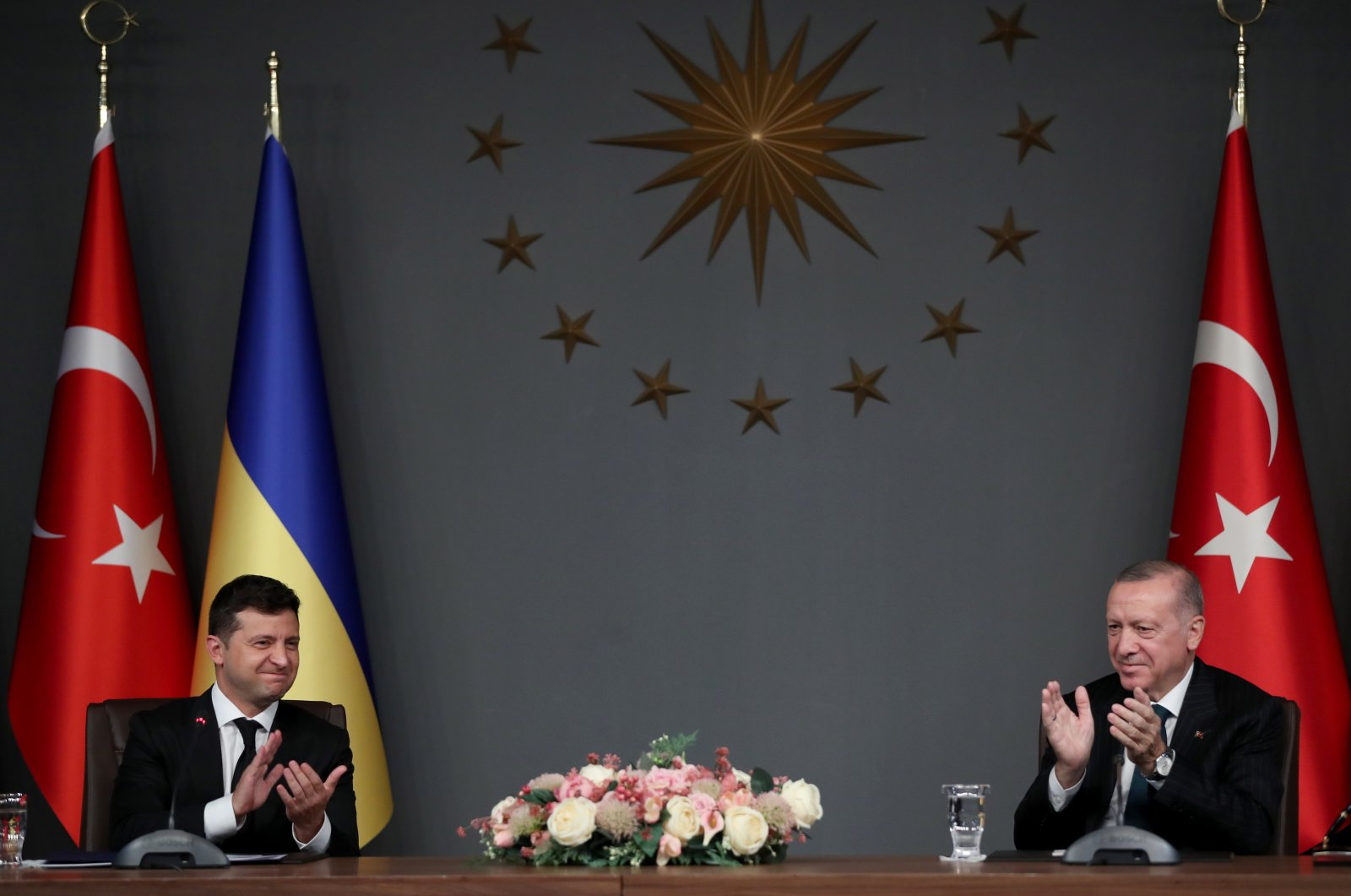 Ukraine's President Volodymyr Zelenskiy (L) and President Recep Tayyip Erdoğan (R) attend the signing ceremony after their meeting in Istanbul, Turkey, Oct. 16, 2020. (EPA Photo)