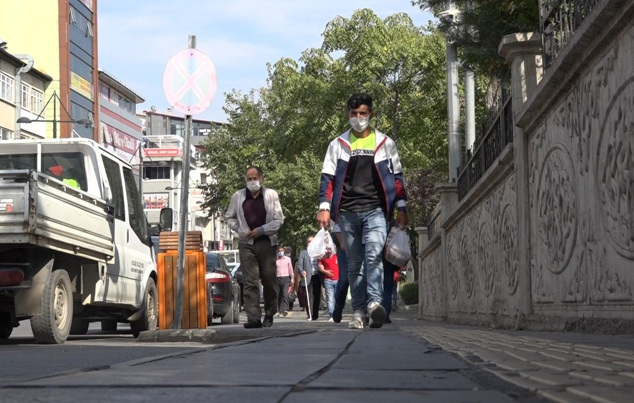 People wearing protective masks against COVID-19 walk on a street in Bingöl, eastern Turkey, Oct. 21, 2020. (İHA Photo)