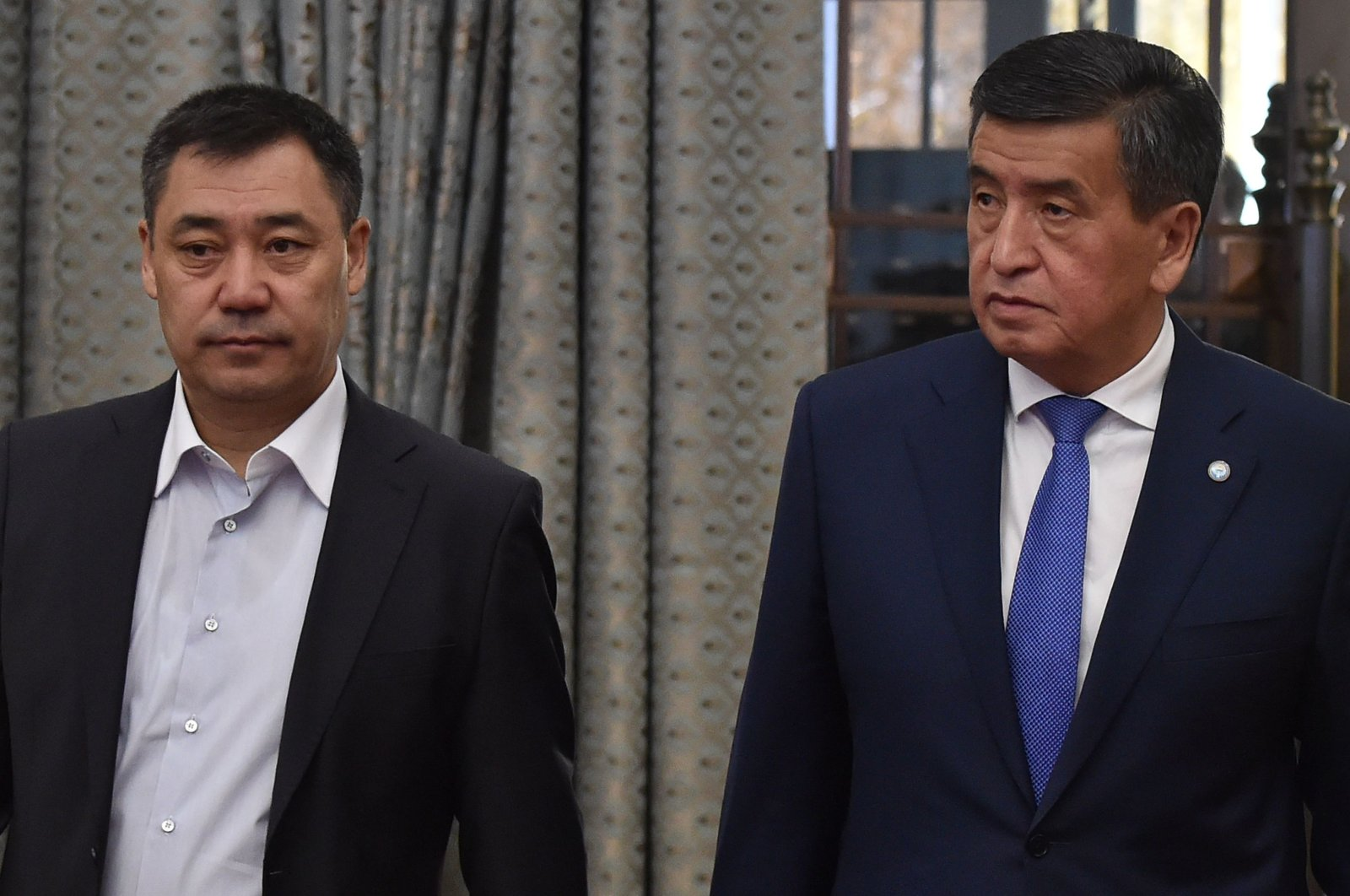 Kyrgyzstan's acting head of state Sadyr Zhaparov (L) and former President Sooronbai Jeenbekov attend the Kyrgyz Parliament extraordinary meeting at the Ala-Archa State Residence, Bishkek,  Kyrgyzstan, Oct. 16, 2020. (AFP Photo)