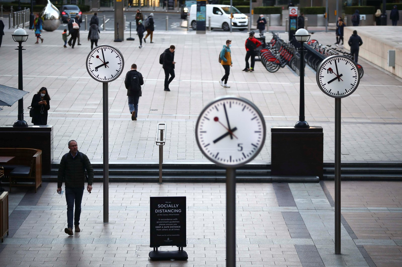 People walk during the morning rush hour in the Canary Wharf amid the outbreak of the coronavirus disease (COVID-19) in London, Britain, Oct. 15, 2020. (Reuters Photo)