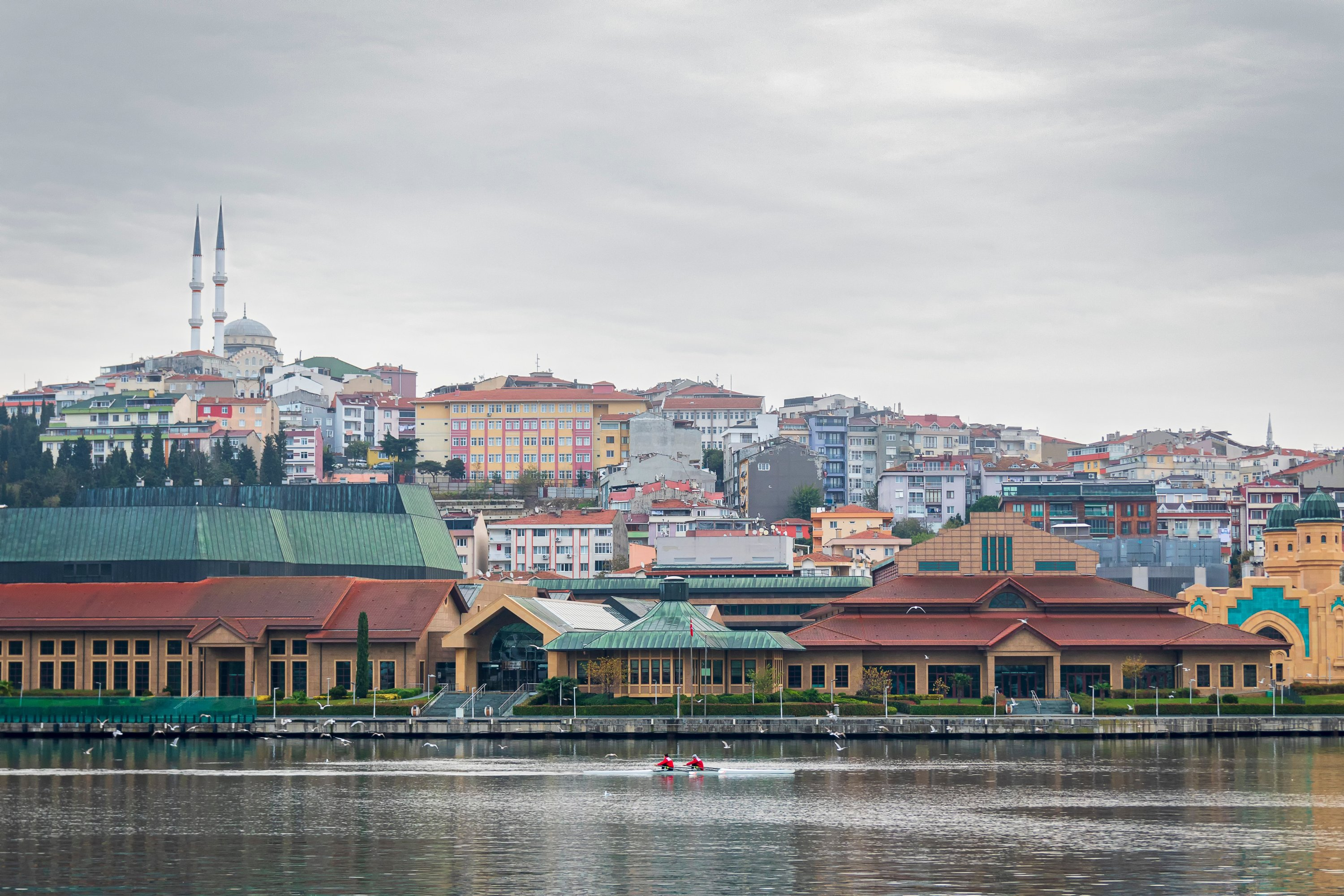 Even on a cloudy day, rowing in the waters of the Golden Horn is a relaxing and enjoyable activity. (Shutterstock Photo)